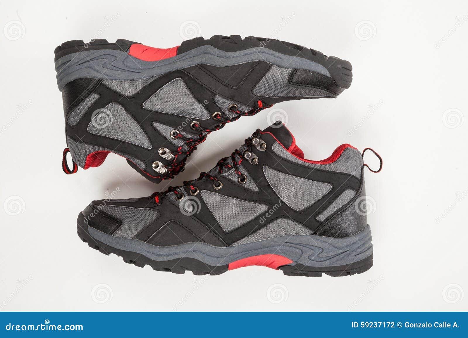 Zapatos para los hombres en el fondo blanco