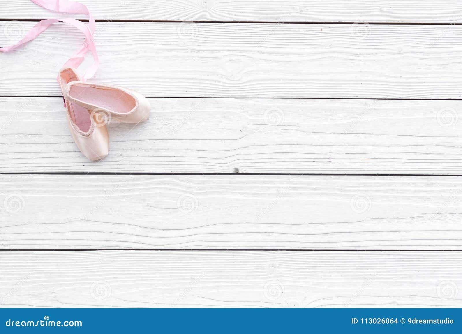 Zapatos profesionales de la danza Concepto del ballet Pointes en el espacio de madera blanco de la copia de la opinión superior d