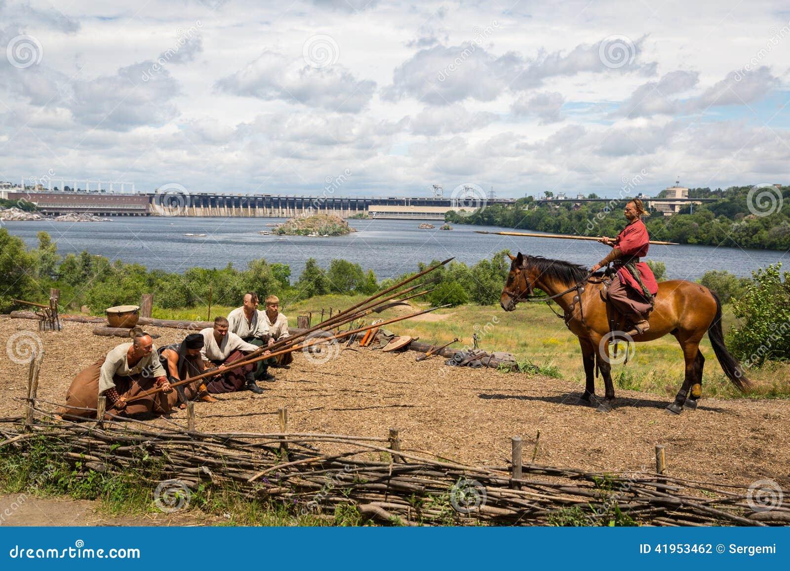 ZAPORIZHIA, UKRAINE-JUNE 21: Ukraińscy kozaczkowie 21, 2014 w Zapo