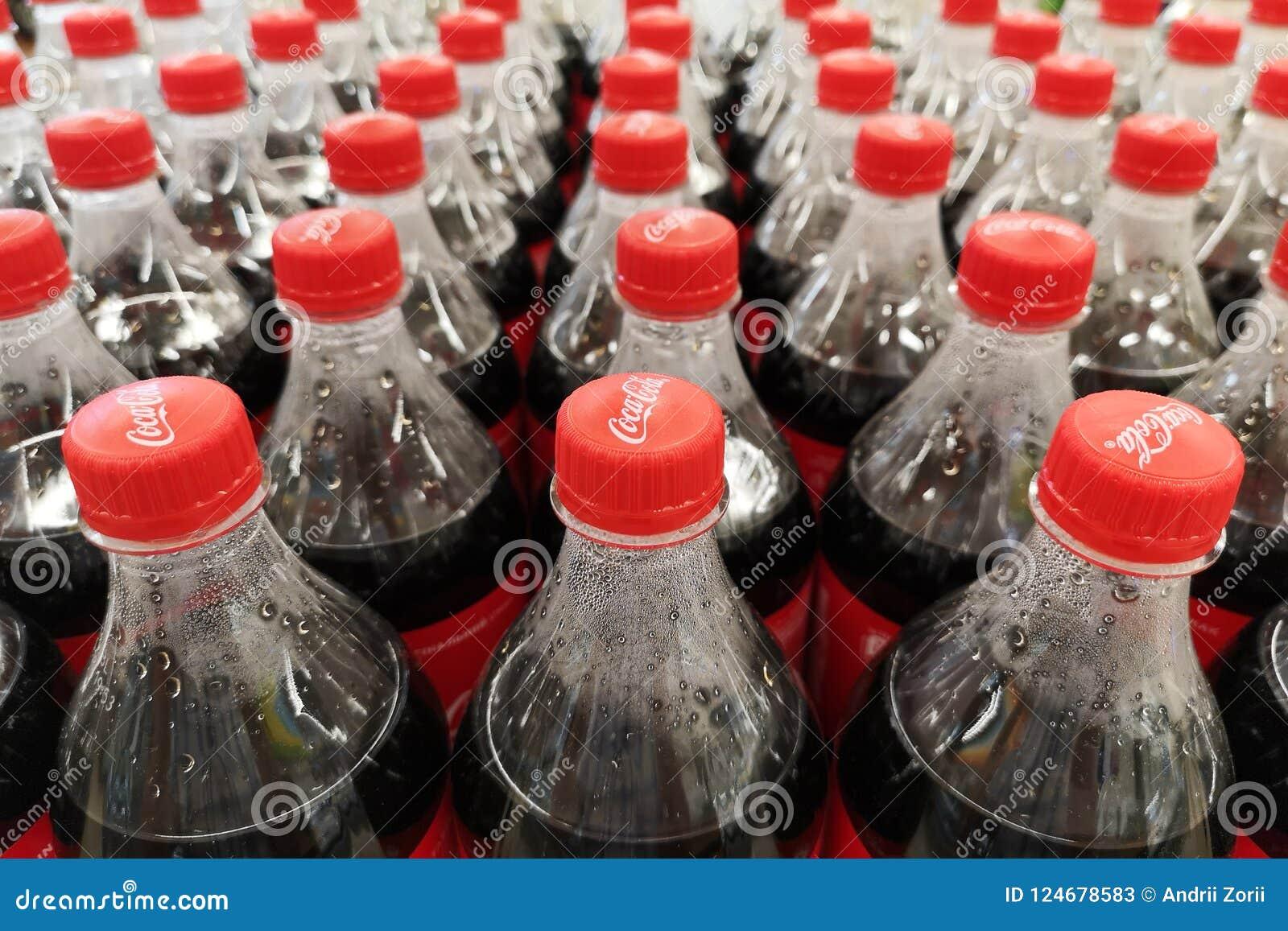 Zaporozhye Ukraina, Lipiec 20 -, 2018 Zamyka up koka-kola miękkich napojów butelki Koka-kola napoje produkują i fabrykują T