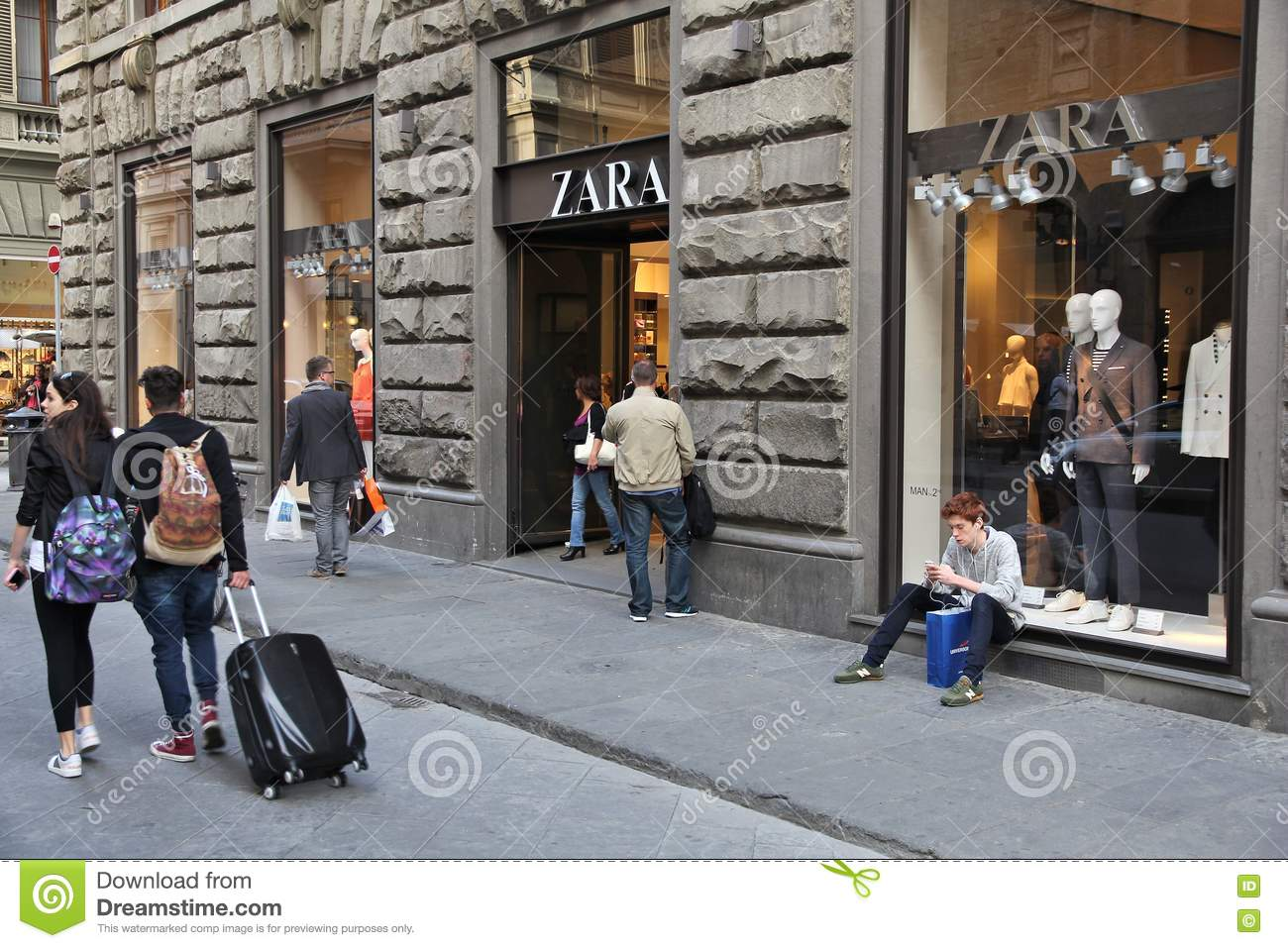 Zara shop on the street passeig de gracia in barcelona for Dream store firenze
