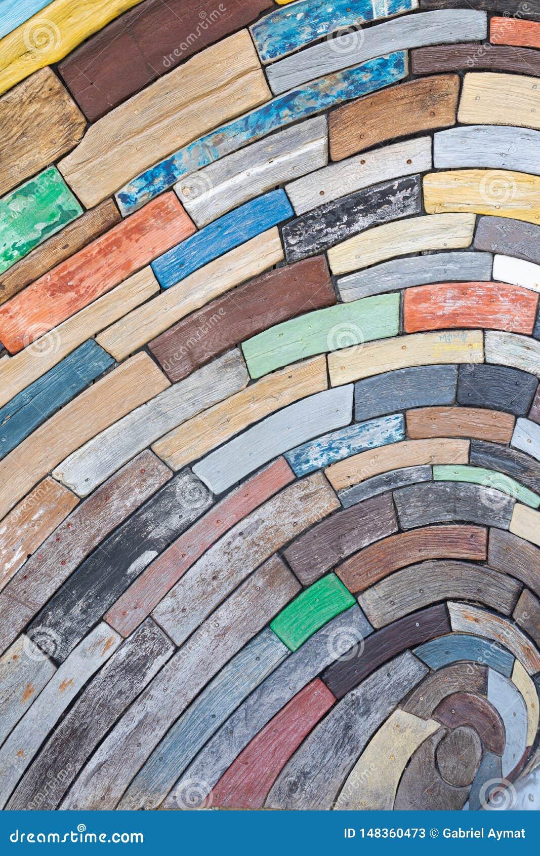 Zarautz, Guipuzcoa/Испания - год дня: проект твердые частицы древесины и акации дуба каштана от шлюпок собранных в море и свой