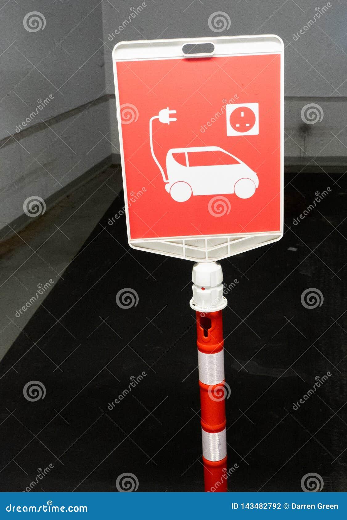 Zarezewowany miejsce do parkowania dla elektrycznych samochodów tylko