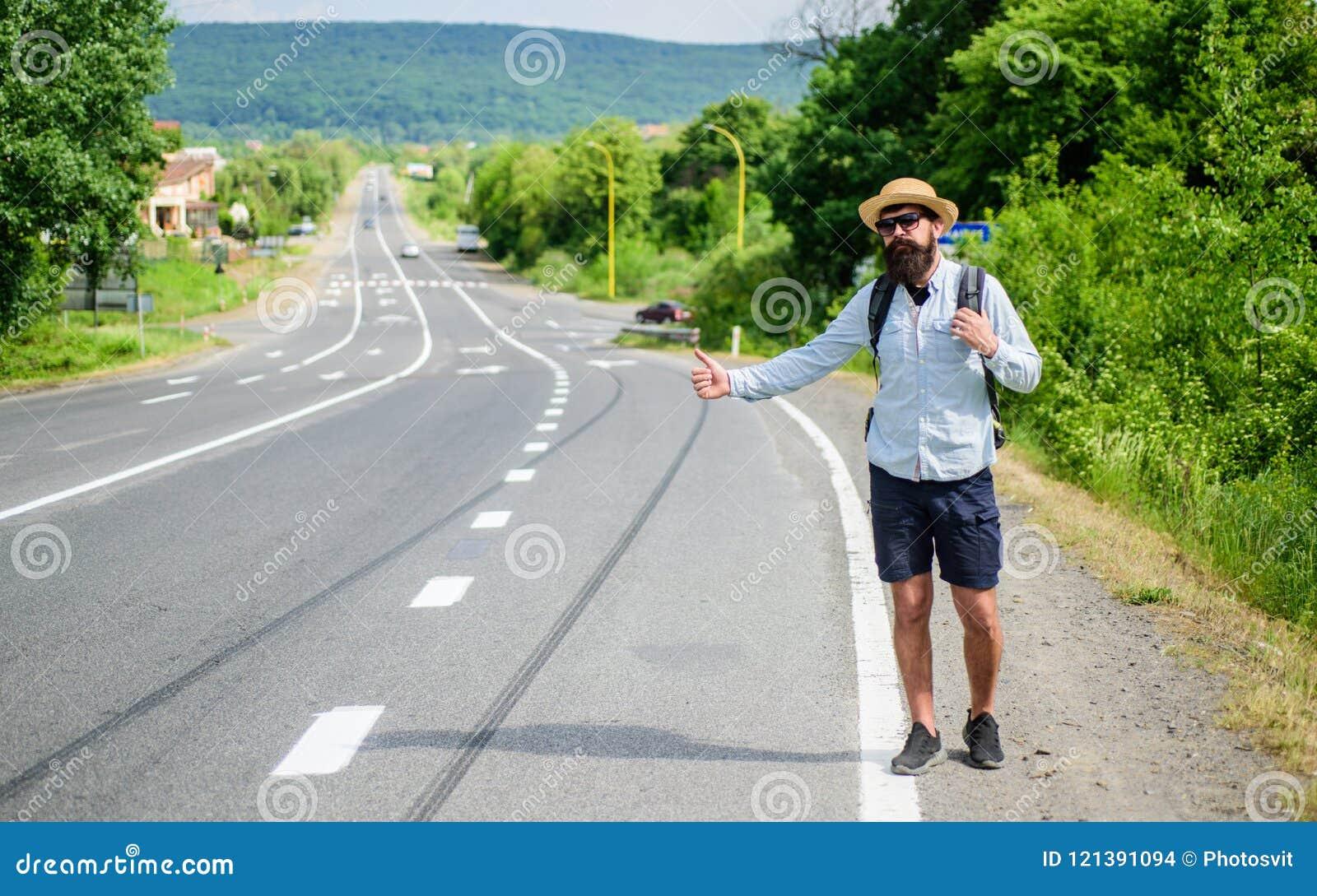 Zatrzymuje samochód Mężczyzna próby przerwy samochodowy kciuk up Hitchhiking jeden tani sposobów podróżować Podnosić up autostopo