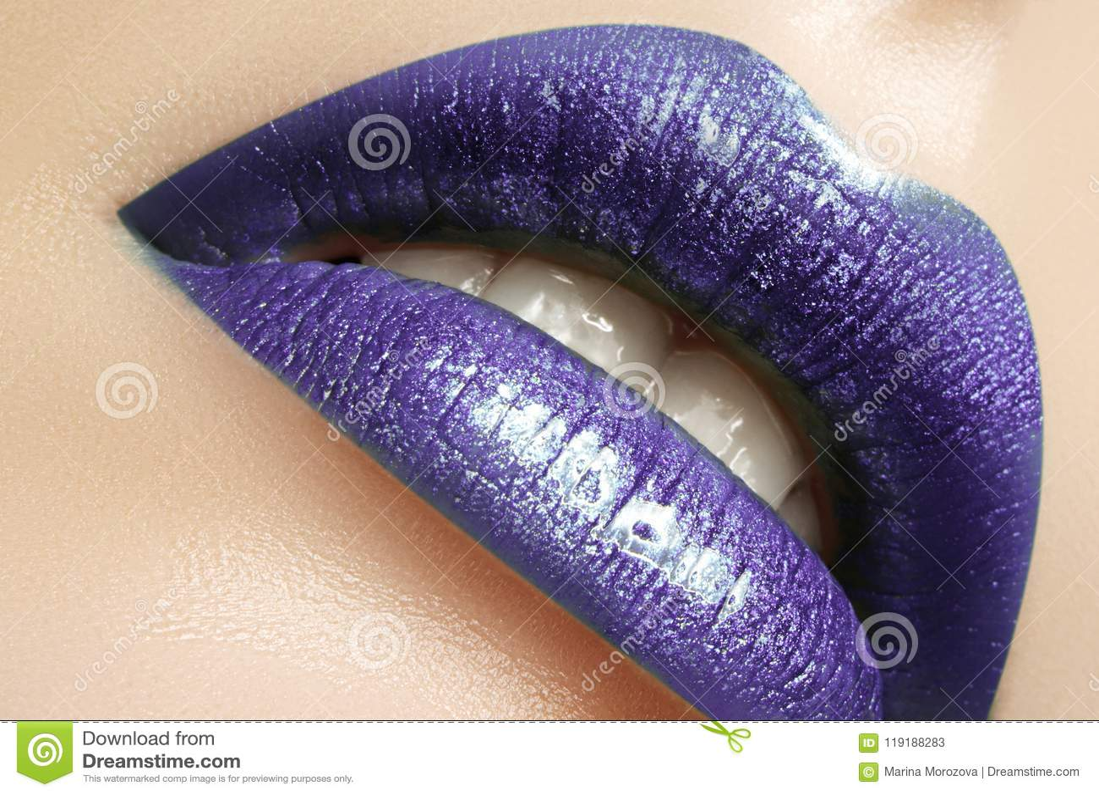 Zauber-Glanz-Lippenmake-up Modemake-upschönheitsschuß Nahaufnahme-sexy volle Lippen mit feiern purpurrotes Lipgloss