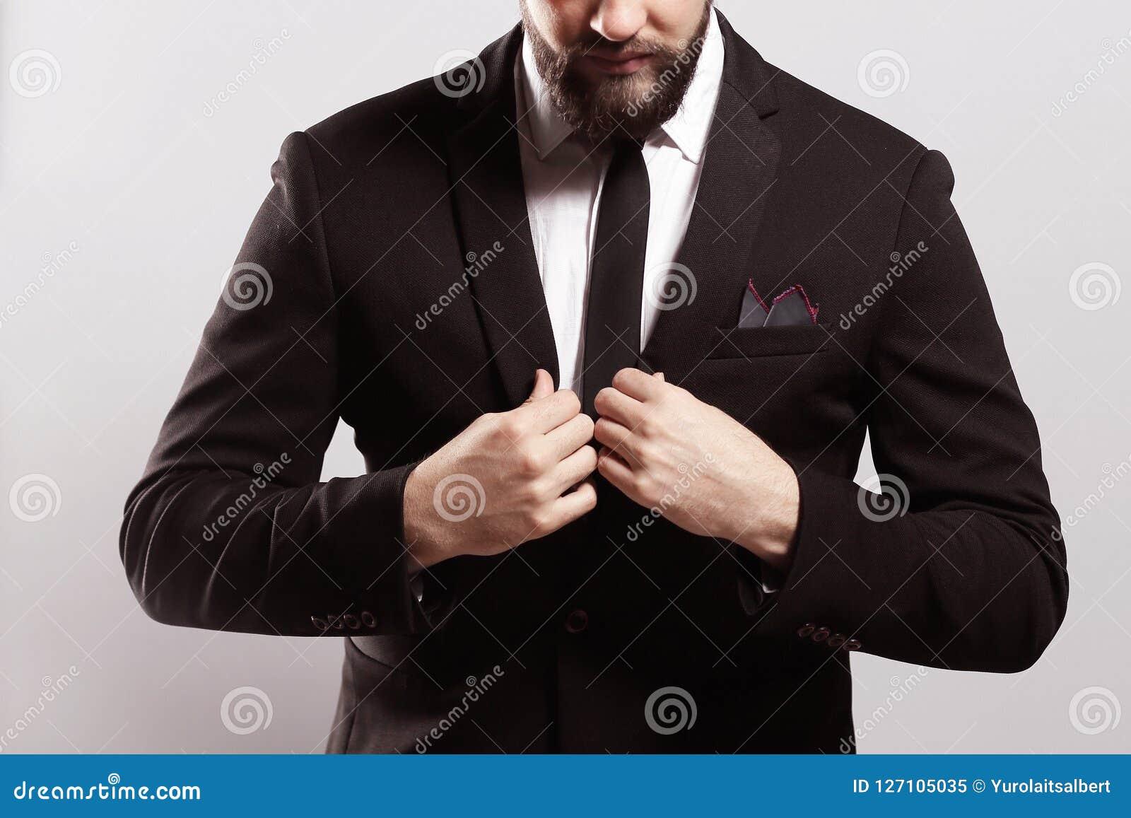 Zaufanie i charyzma Przystojny młody człowiek przystosowywa jego kurtkę w pełnym kostiumu