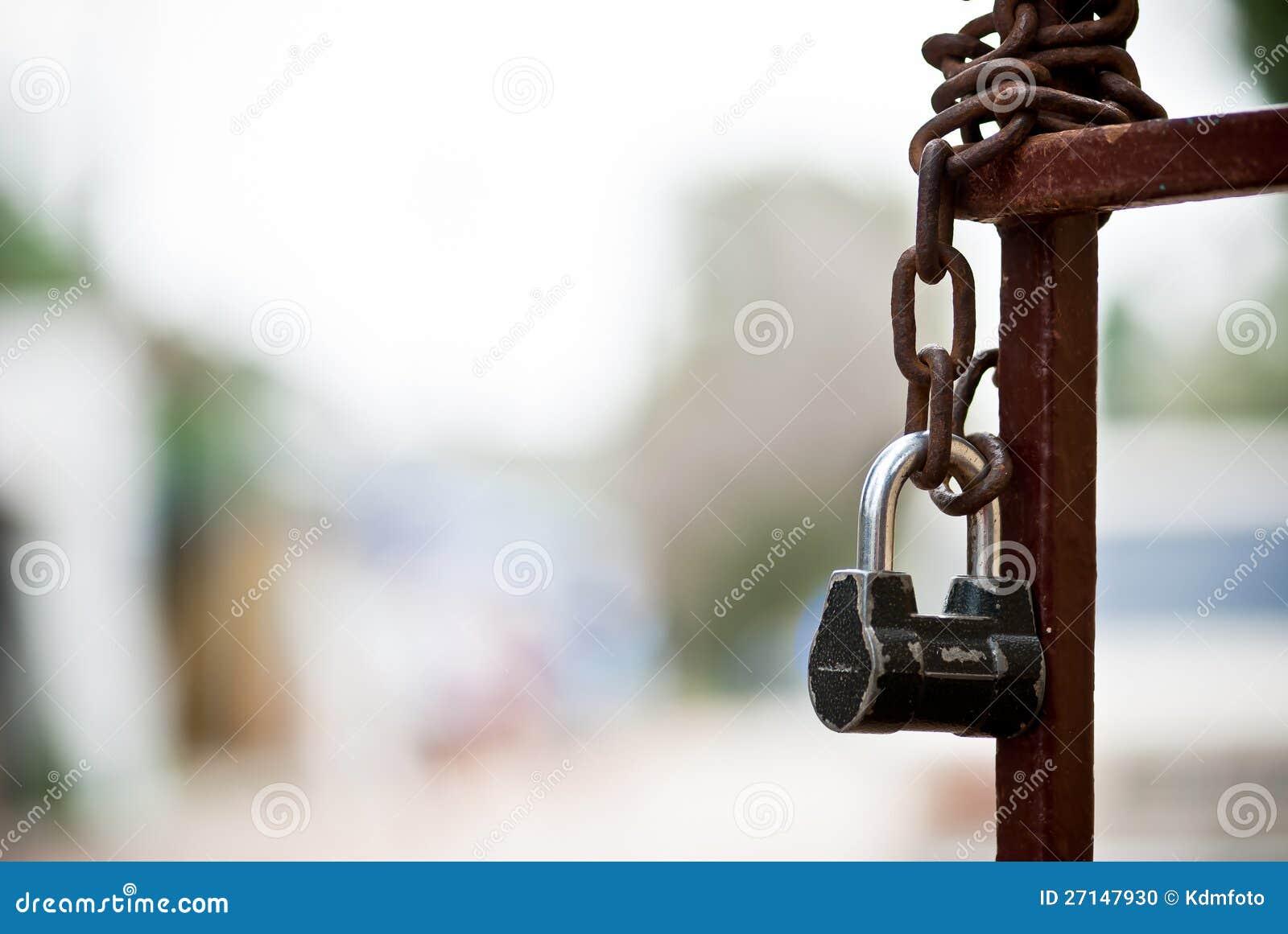 Zaun Mit Kette Und Verriegelung Stockfoto - Bild von ...