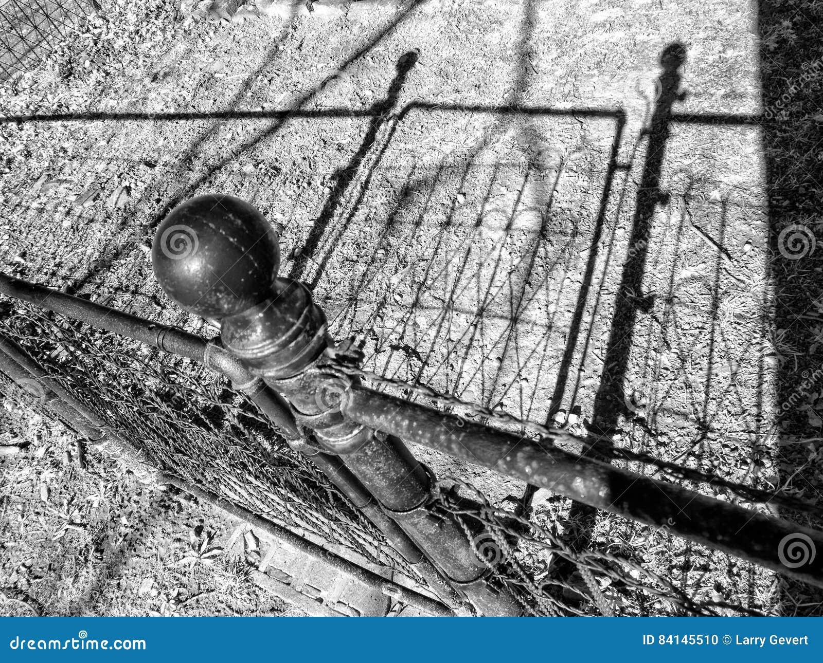 Zaun Tor Und Schatten Stockfoto Bild Von Durchdacht 84145510