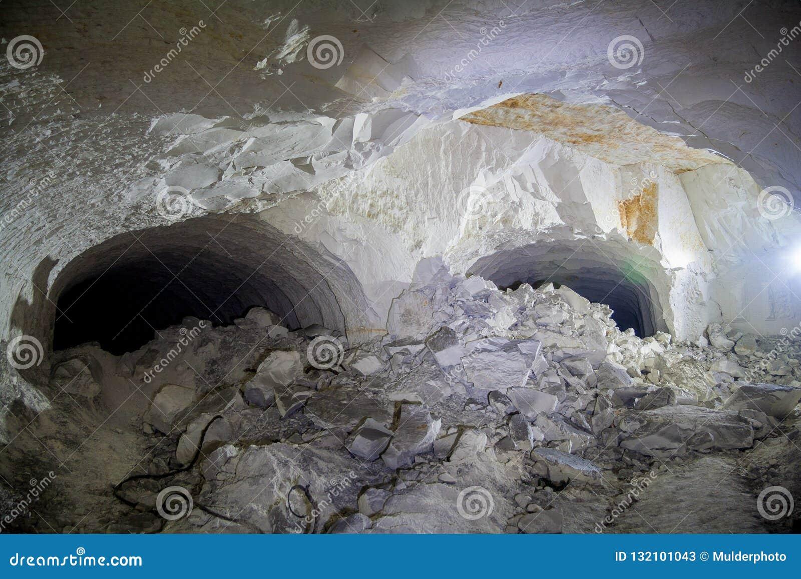 Zawalenie się w kredowej kopalni, tunel z śladami wiertnicza maszyna
