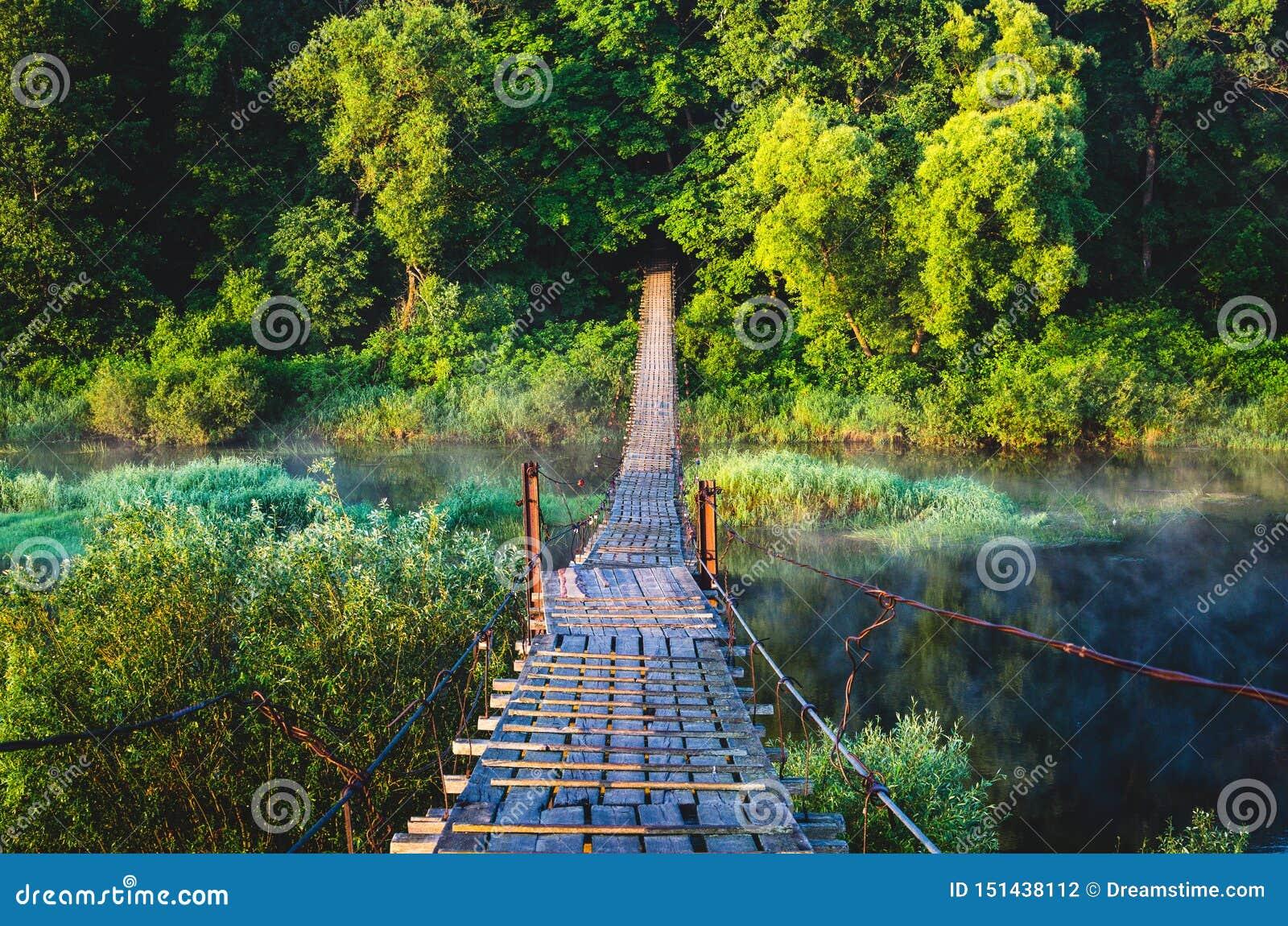 Zawieszenie most nad rzeką na którym chodzą ludzie