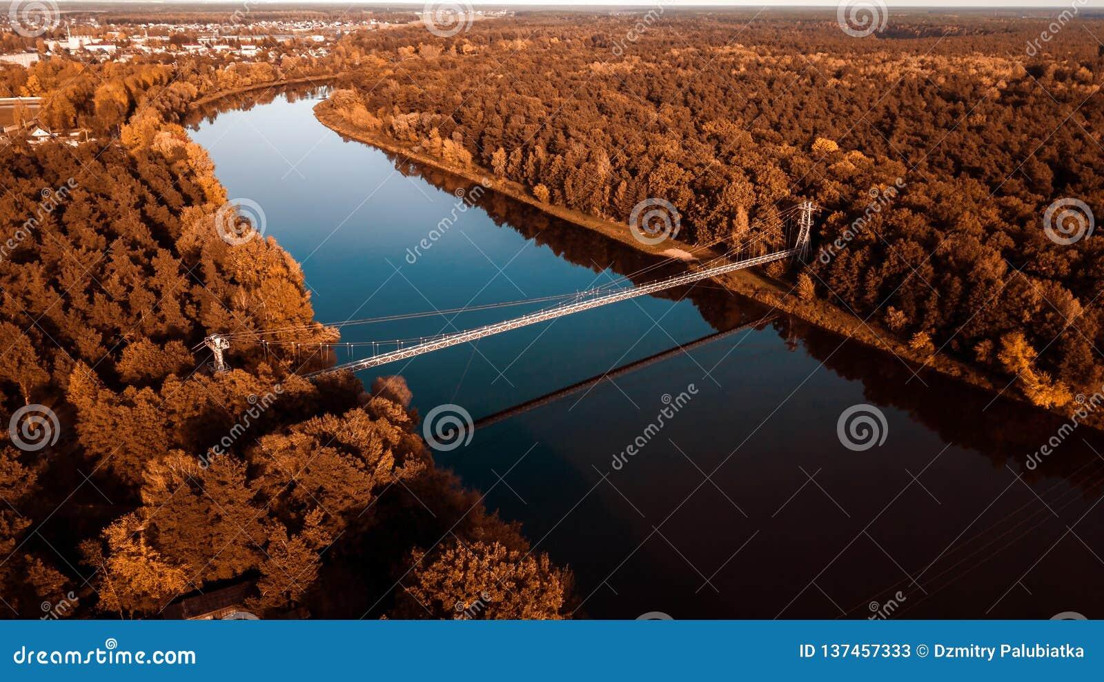 Zawieszenie most nad rzeką powietrzna fotografia od trutnia