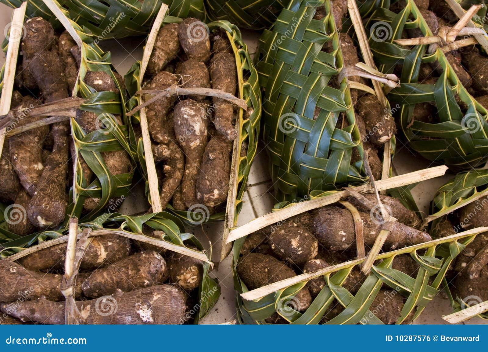 Zawijający palmowy koszy produkty spożywcze