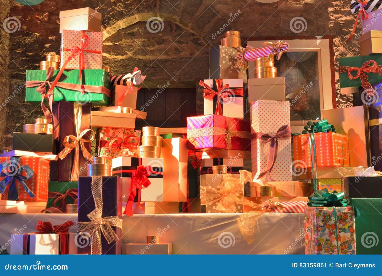Zawijający prezenty na pokazie