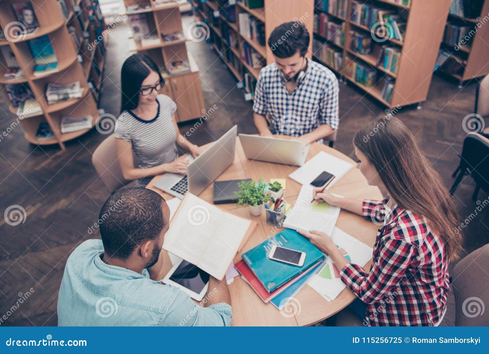 Zawody międzynarodowi grupa cztery skupiał się mądrego młodego ucznia bookwo