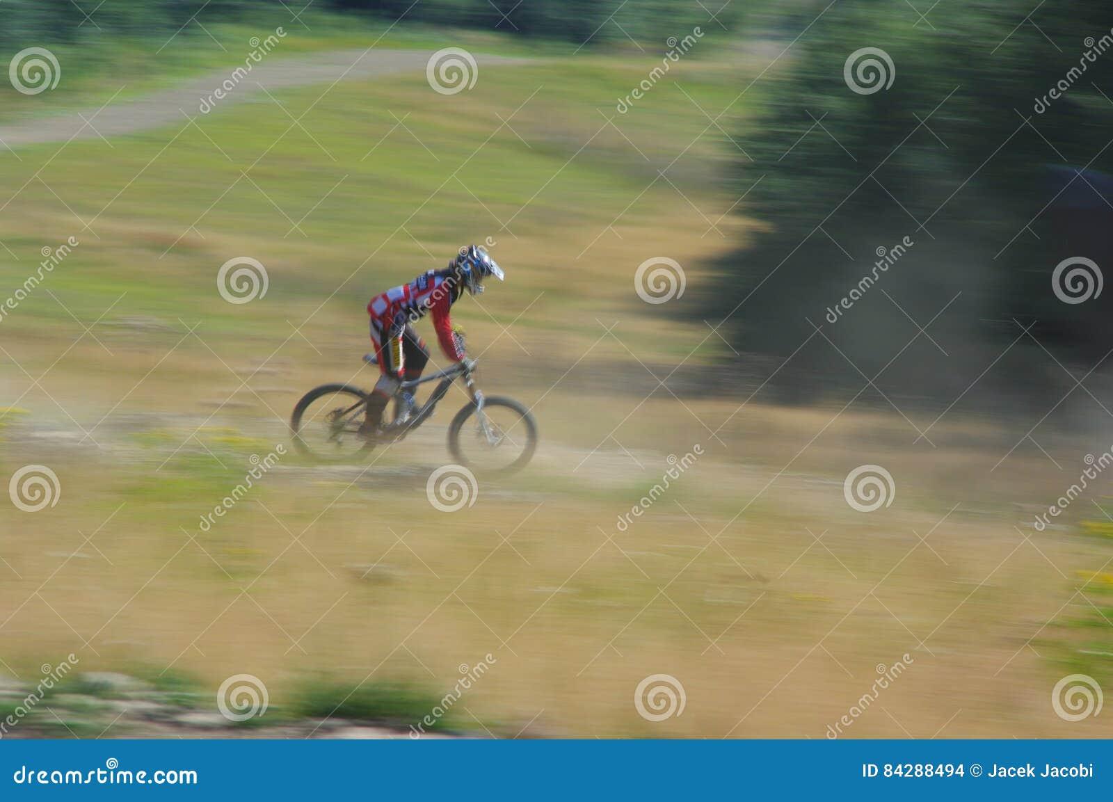Zawoja, Polonia - 17 de agosto de 2013 downhill Ciclista desconocido que monta rápidamente en la bicicleta