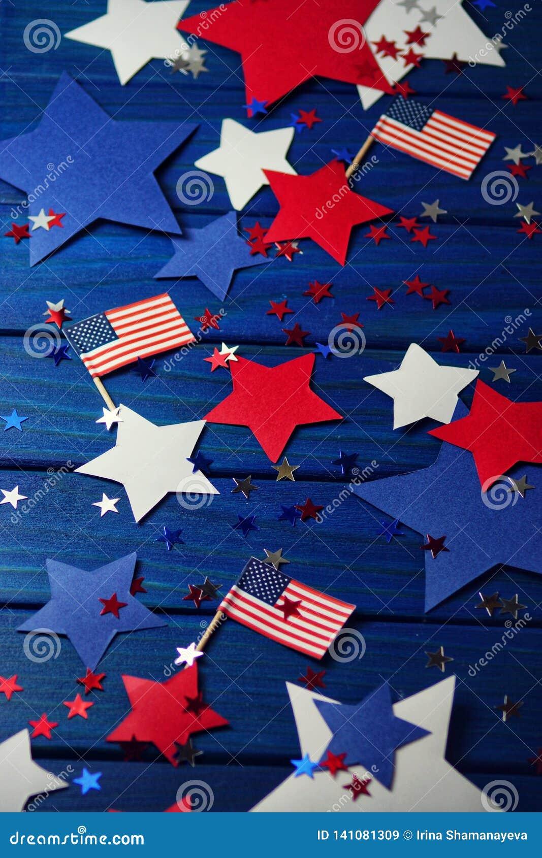 Zaznacza, gwiazdy i serpentyna na Lipu 4, szczęśliwy dzień niepodległości, patriotyzm, pamięć weterani pojęcie dzień niepodległoś