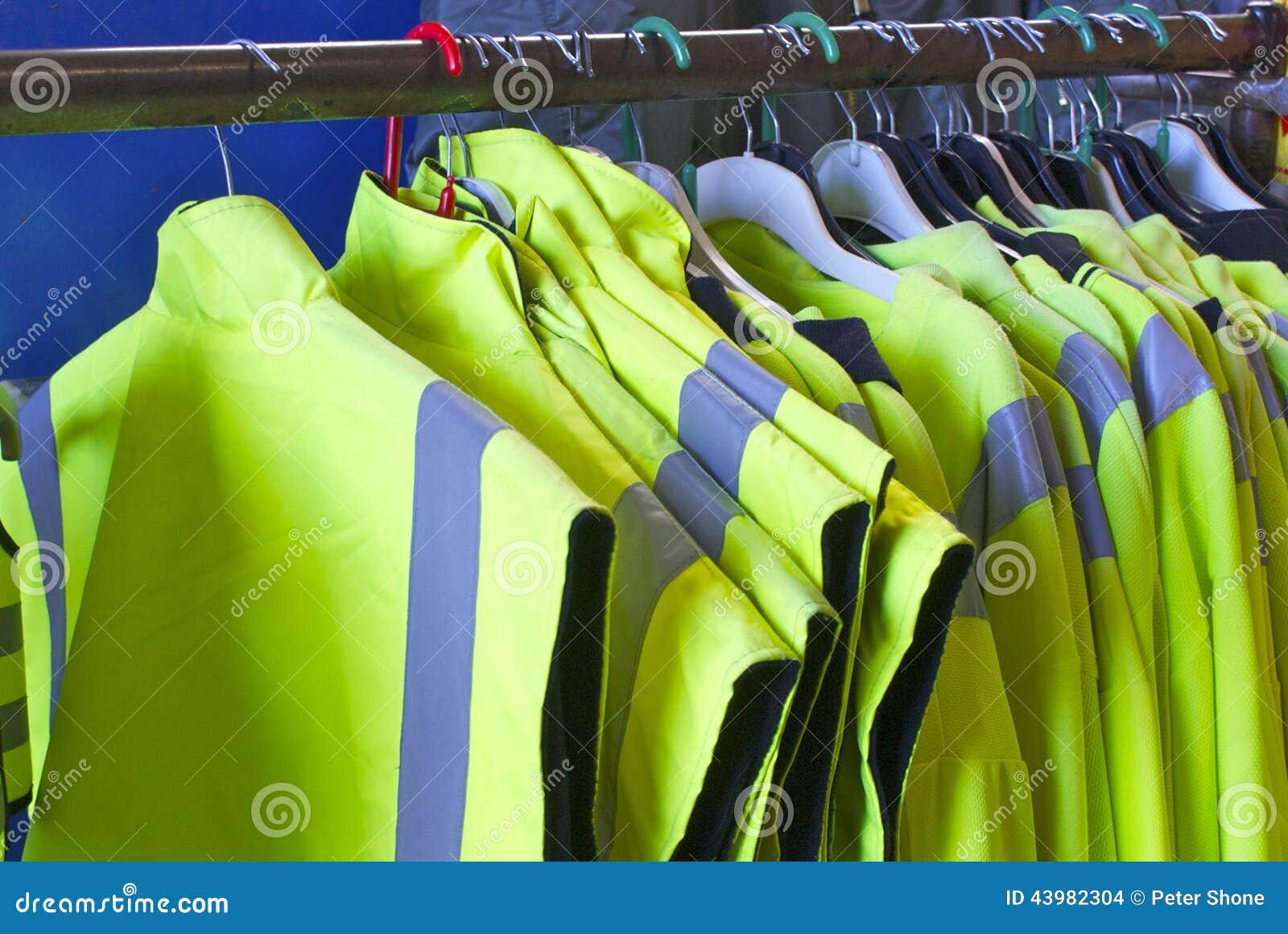 Zbawcze kurtki na wieszakach