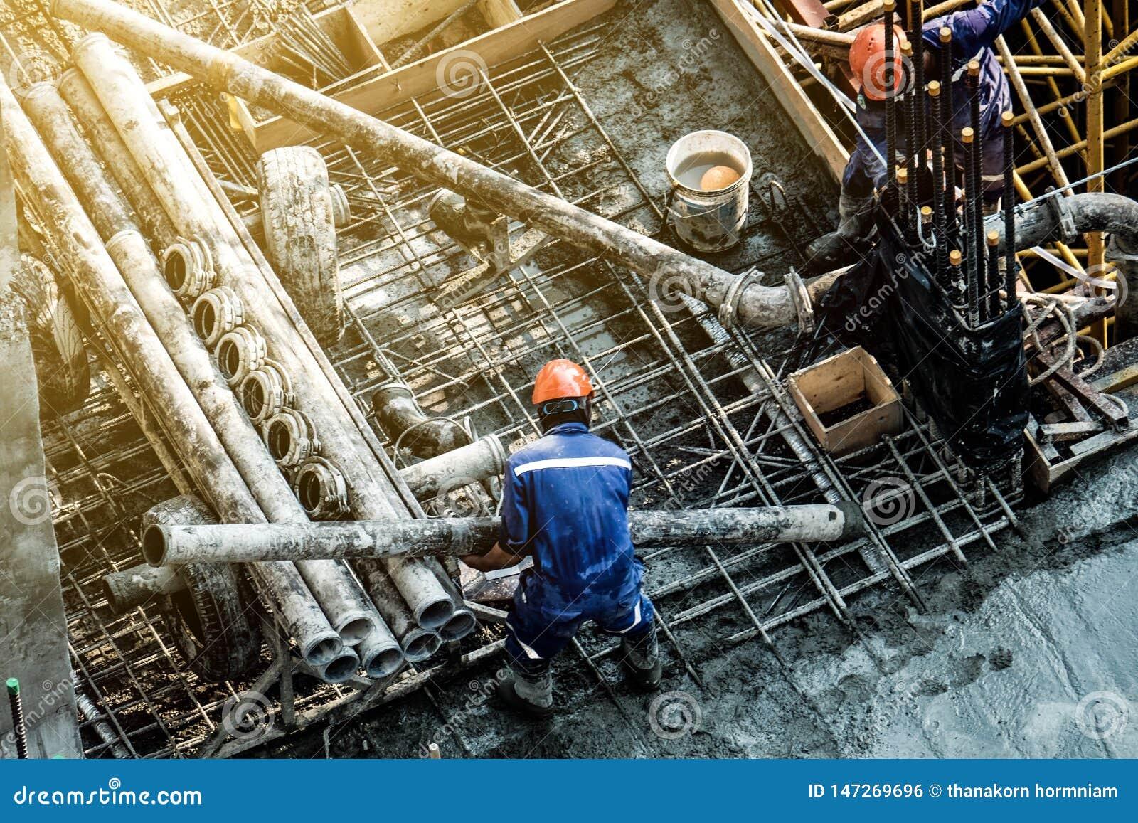 Zbawczy pracownicy budowlani