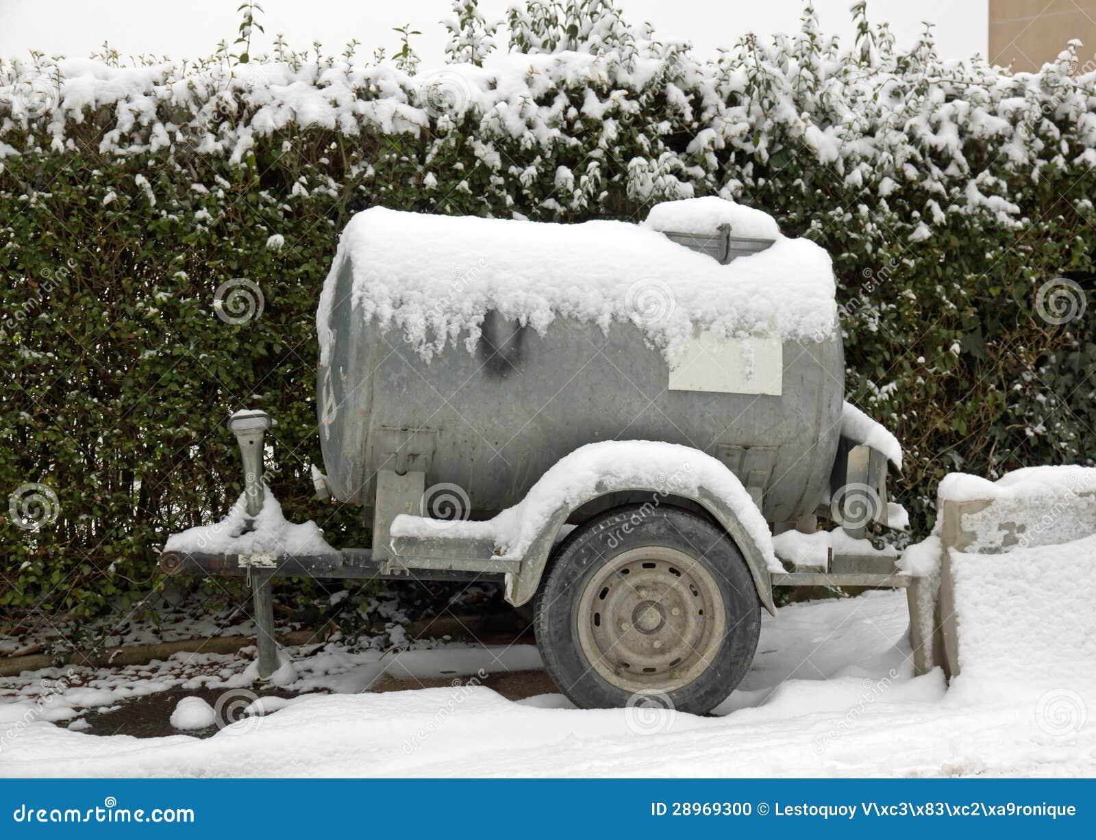 Zbiornik z wodą pod śniegiem