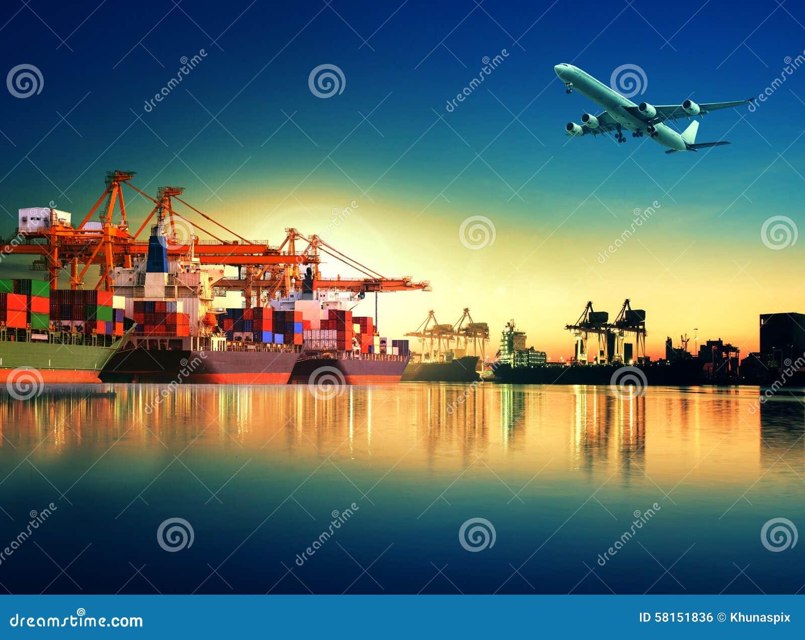 Zbiornika statek w imporcie, eksporta port przeciw pięknemu rankowi l