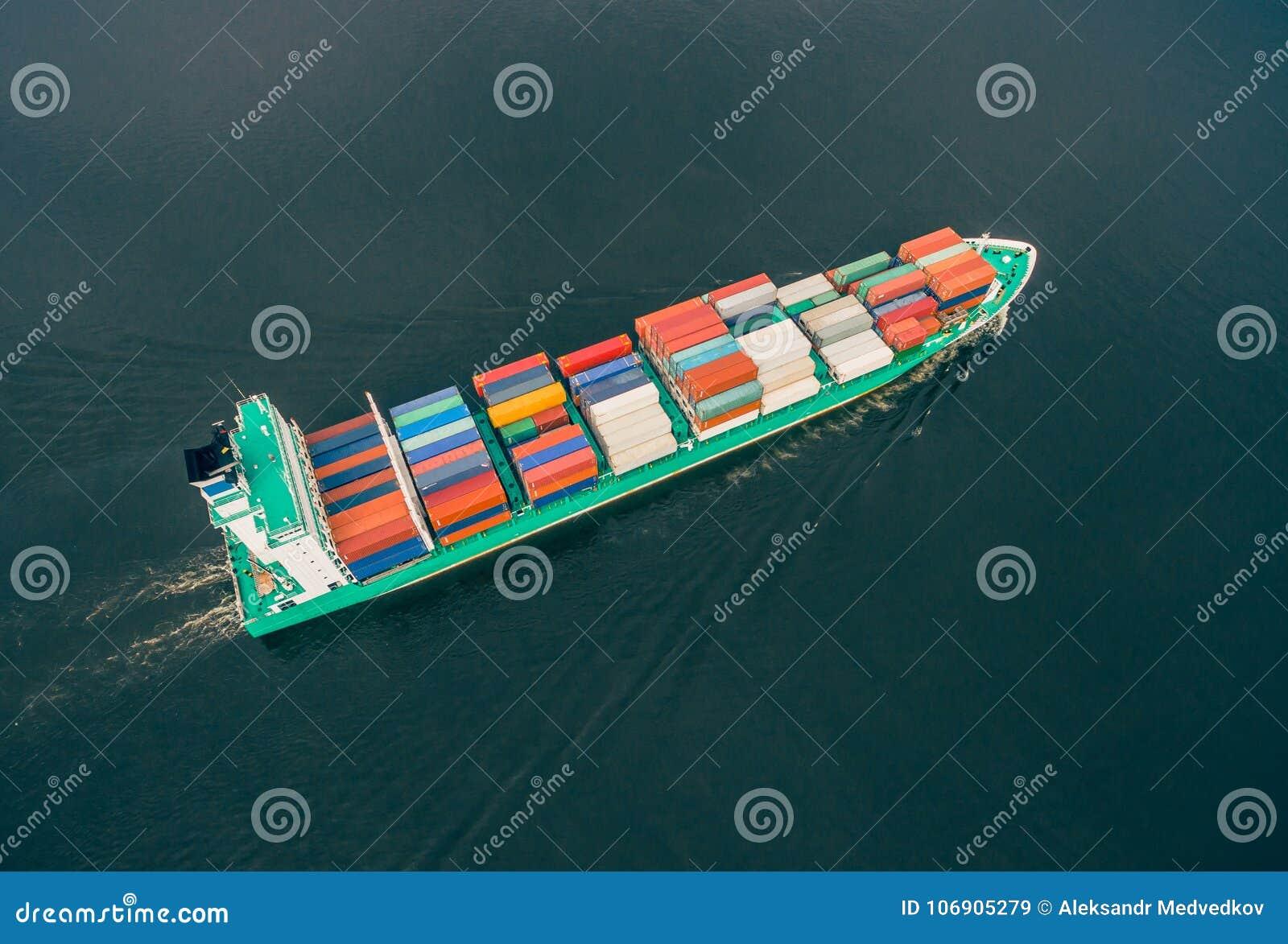 Zbiornika statku żeglowanie w otwartym morzu