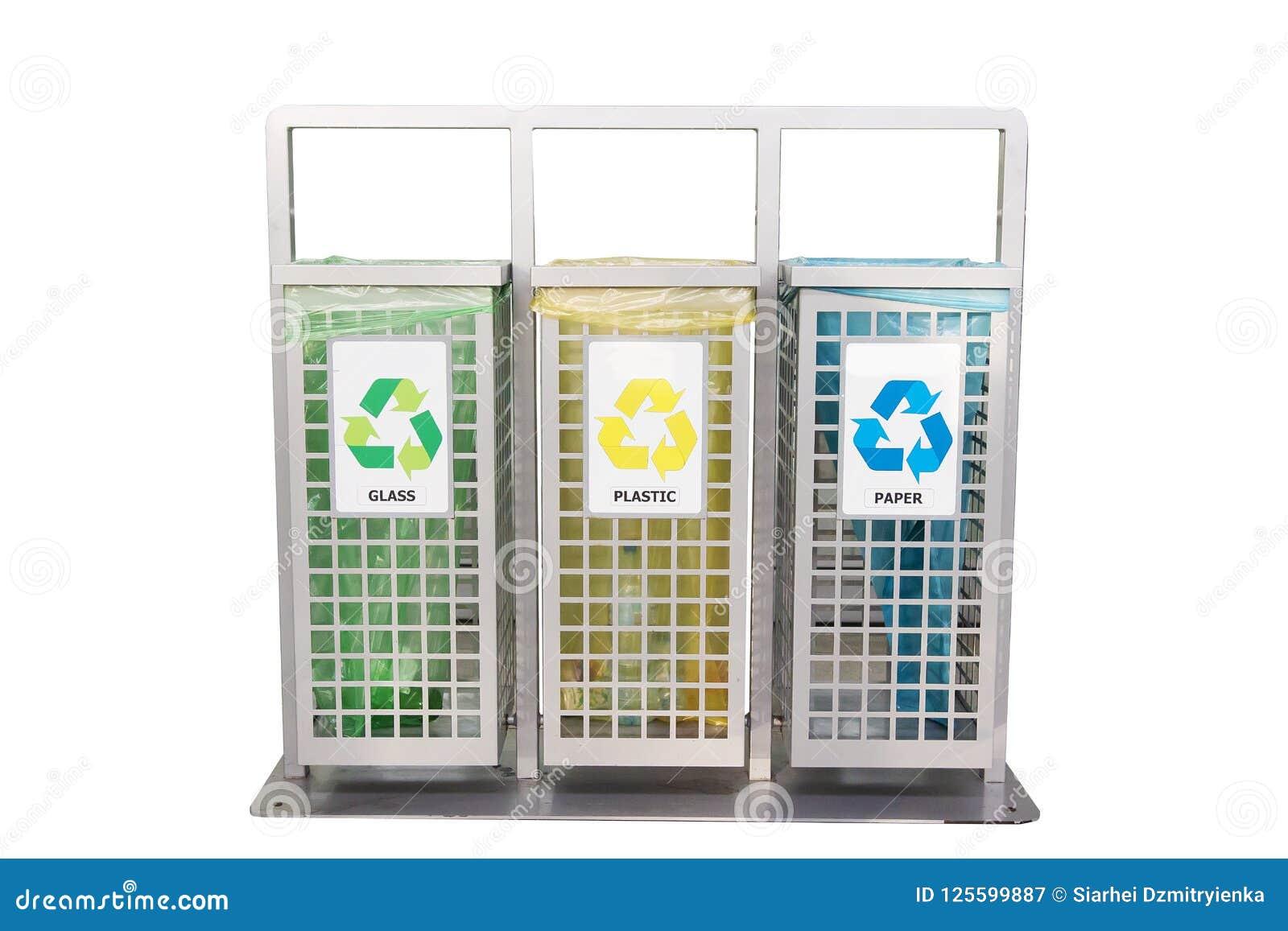 Zbiorniki dla śmieci różni typ odizolowywający na bielu Sortować śmieci Ekologia i przetwarza pojęcie target1590_0_ odpady