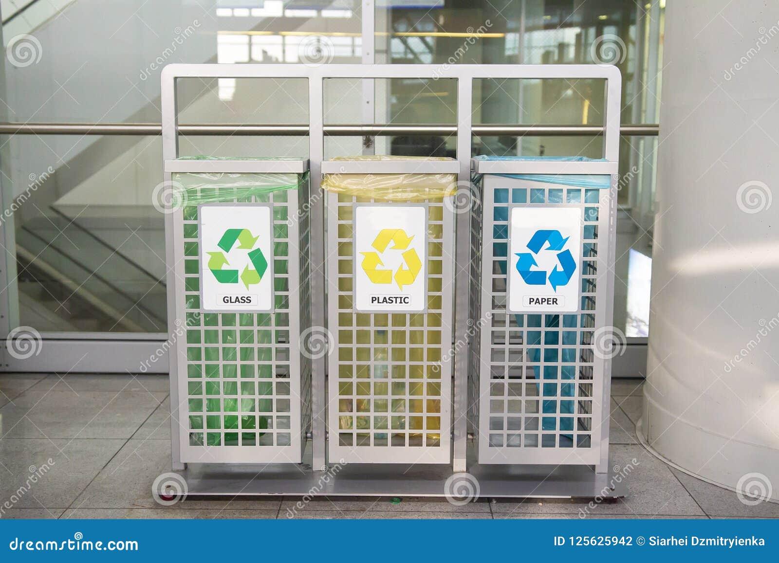 Zbiorniki dla śmieci różni typ Sortować śmieci Ekologia i przetwarza pojęcie target1590_0_ odpady