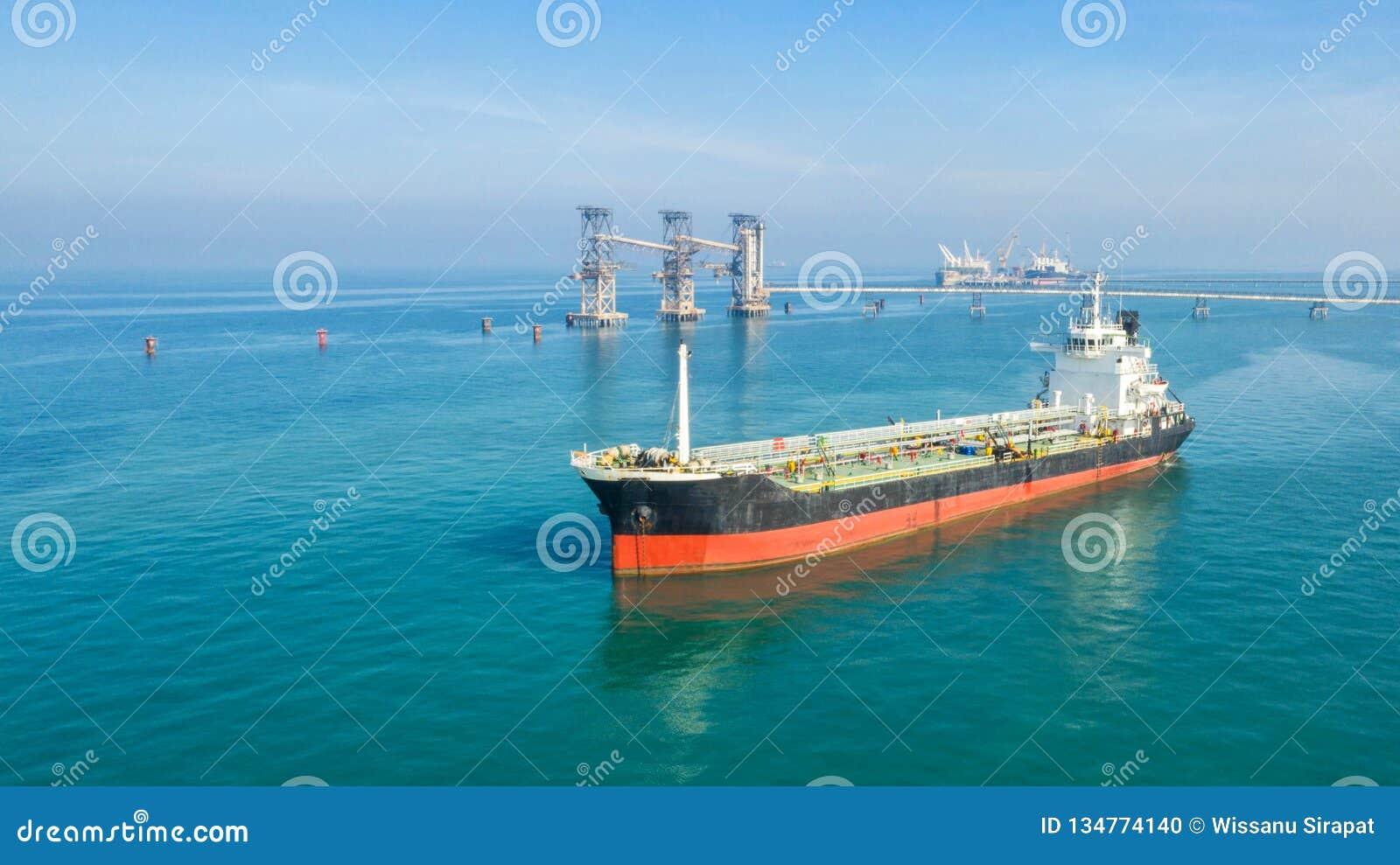 Zbiornikowiec do ropy, benzynowy tankowiec w wysokim morzu Rafineria przemysłu ładunku statek, widok z lotu ptaka, Tajlandia, w i