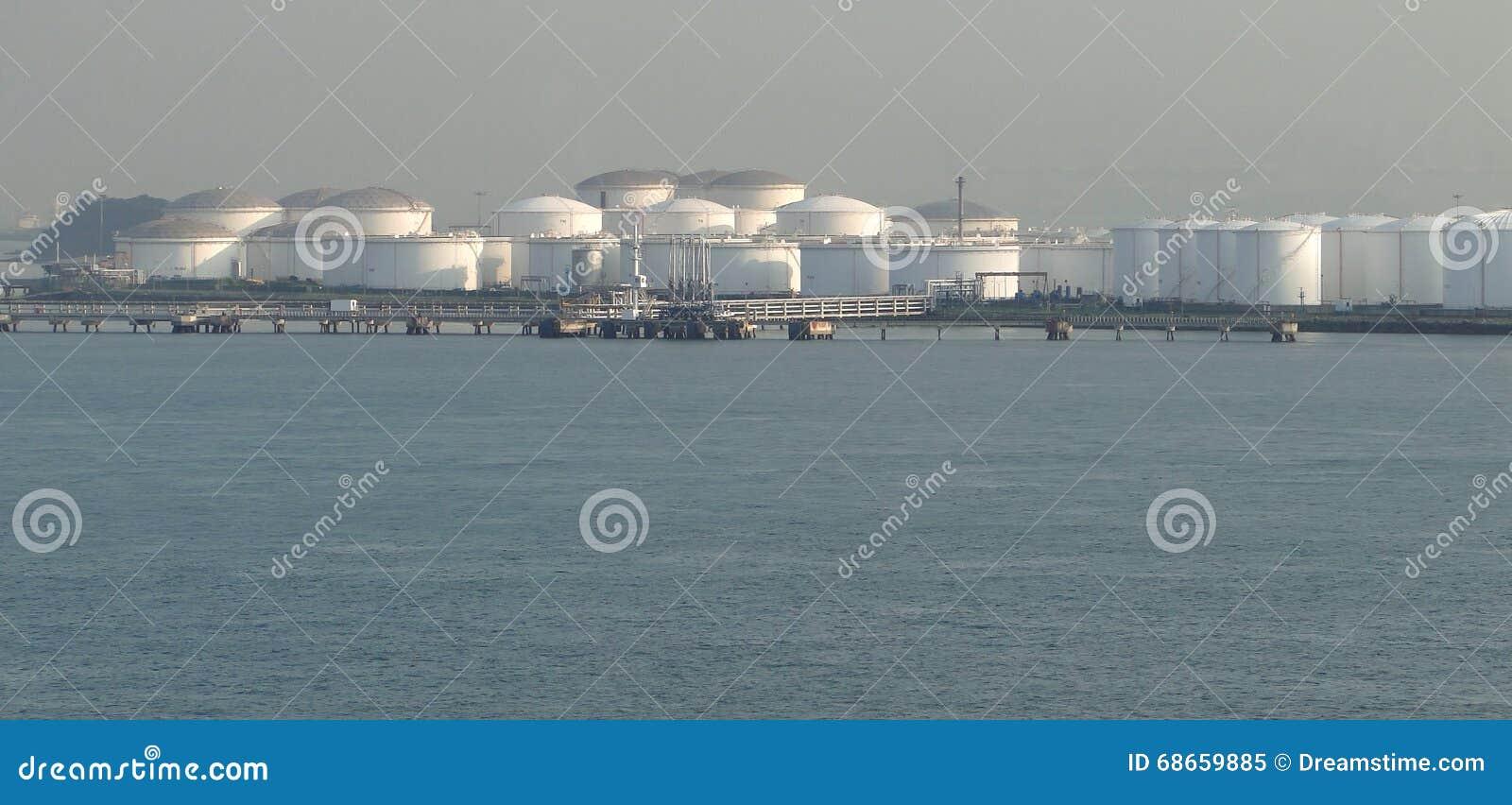 Zbiornikowiec do ropy w rozładowywać nafcianego zbiornika, oliwią stale przepływy w składowych zbiorniki