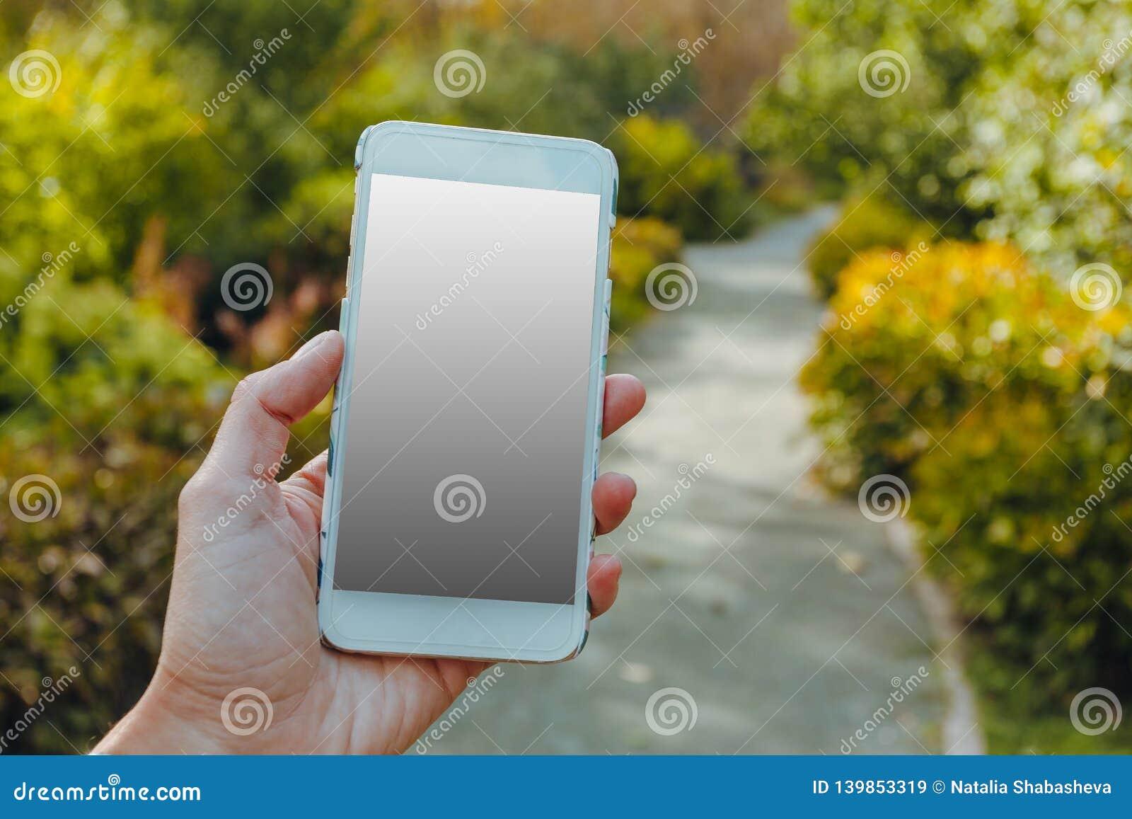 Zbliżenie żeńska ręka używać mądrze telefon