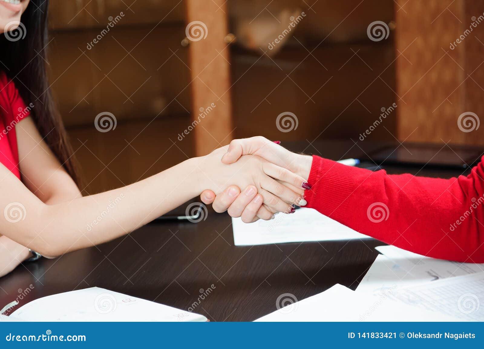 Zbliżenie biznesowy uścisku dłoni biznesu trenera mienia szkolenie dla personelu