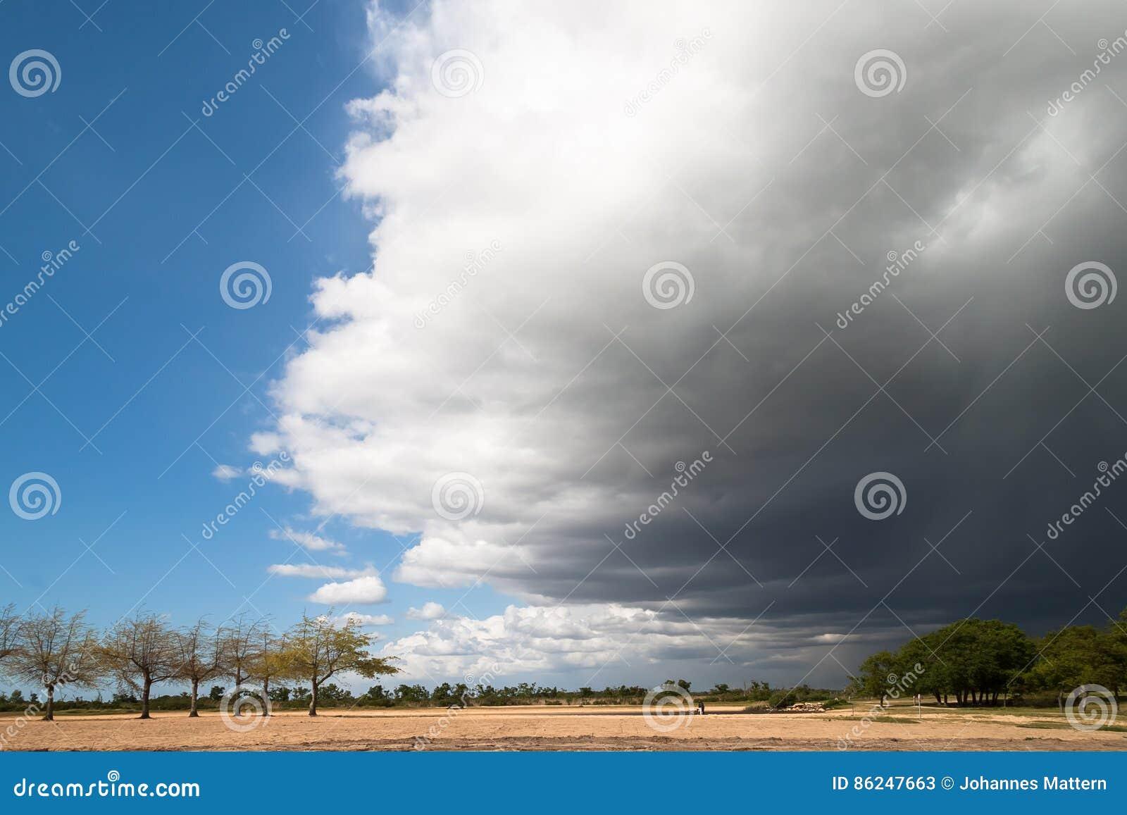 Zbliżać się burza przód Tworzy Dramatycznego niebo