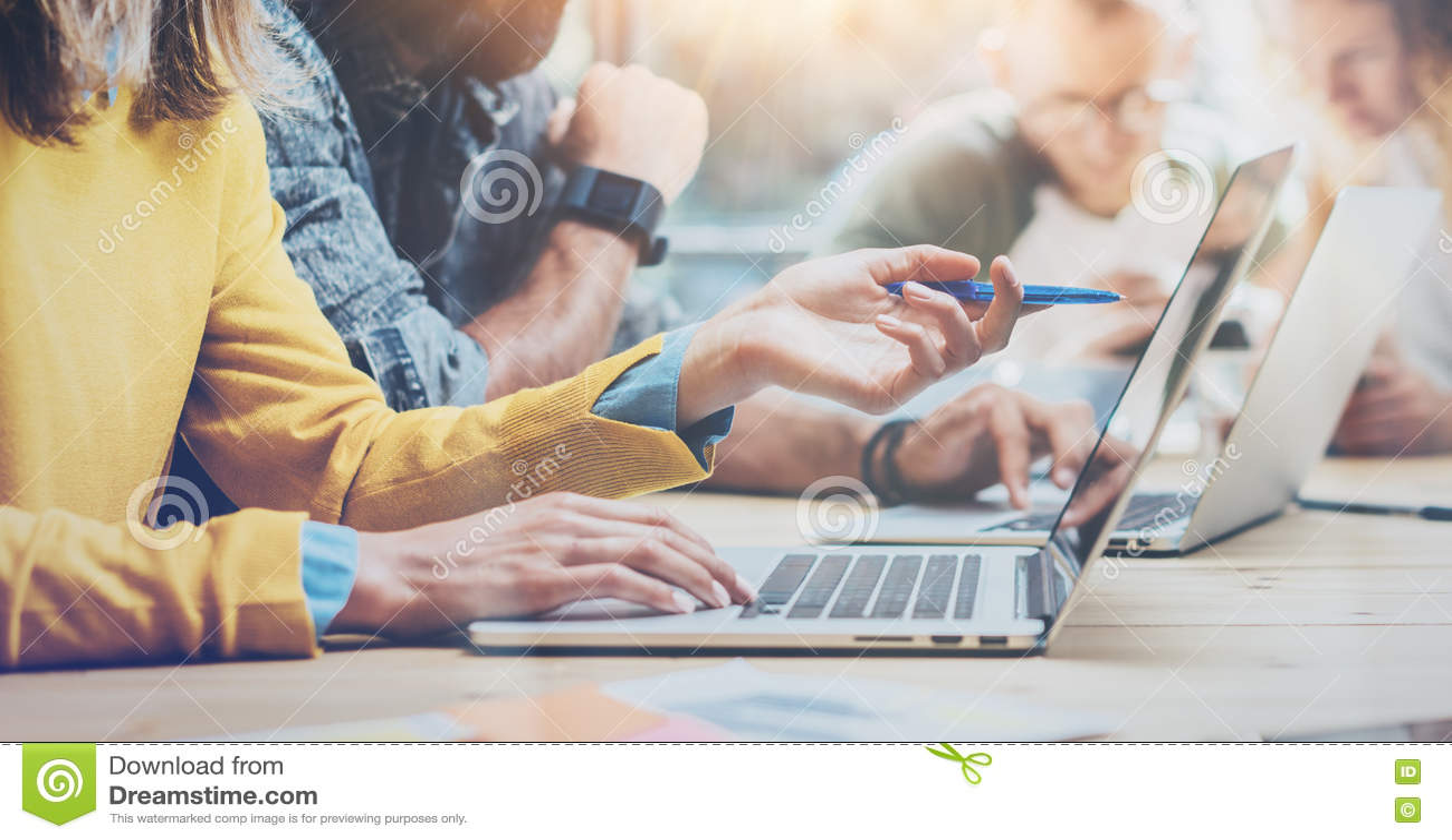 Zbliżeń Grupowi Młodzi Coworkers Wpólnie Dyskutuje Kreatywnie projekt Podczas praca procesu Nowożytnych przyjaciół Biznesowy spot