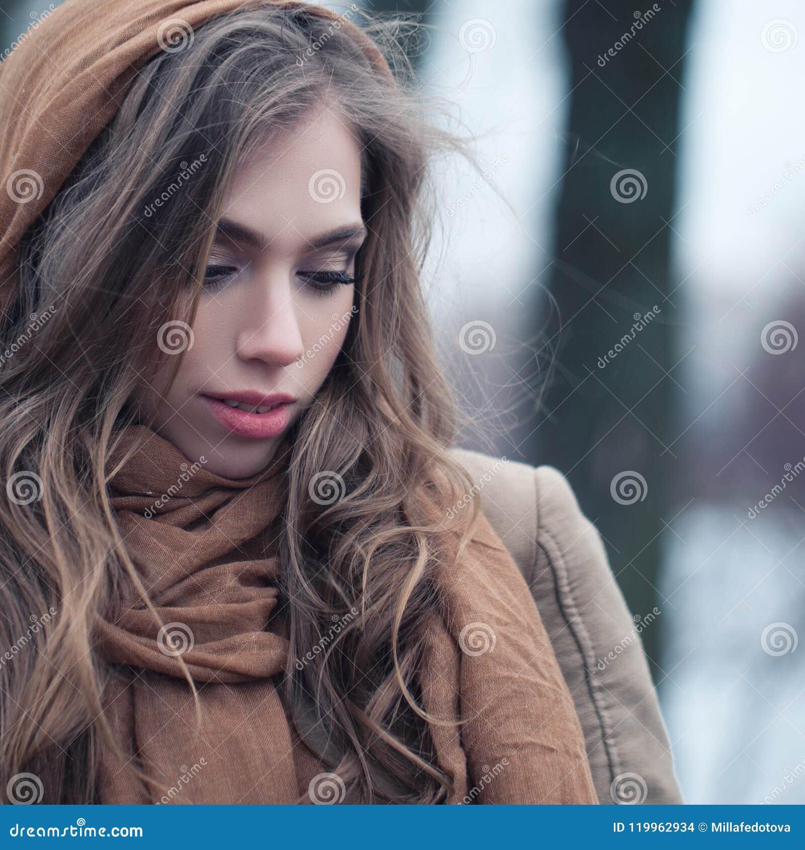 Zbliżenia śliczna portreta kobieta Perfect żeńska twarz