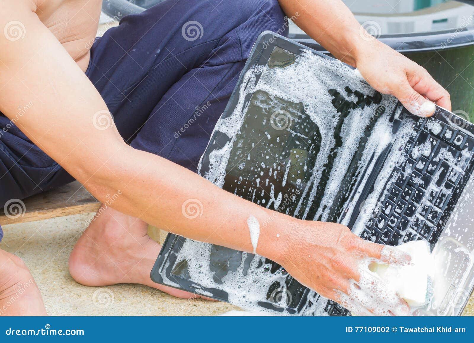 Zbliżenia cleaning komputerowy notatnik z naczynia domycia mydłem, techn