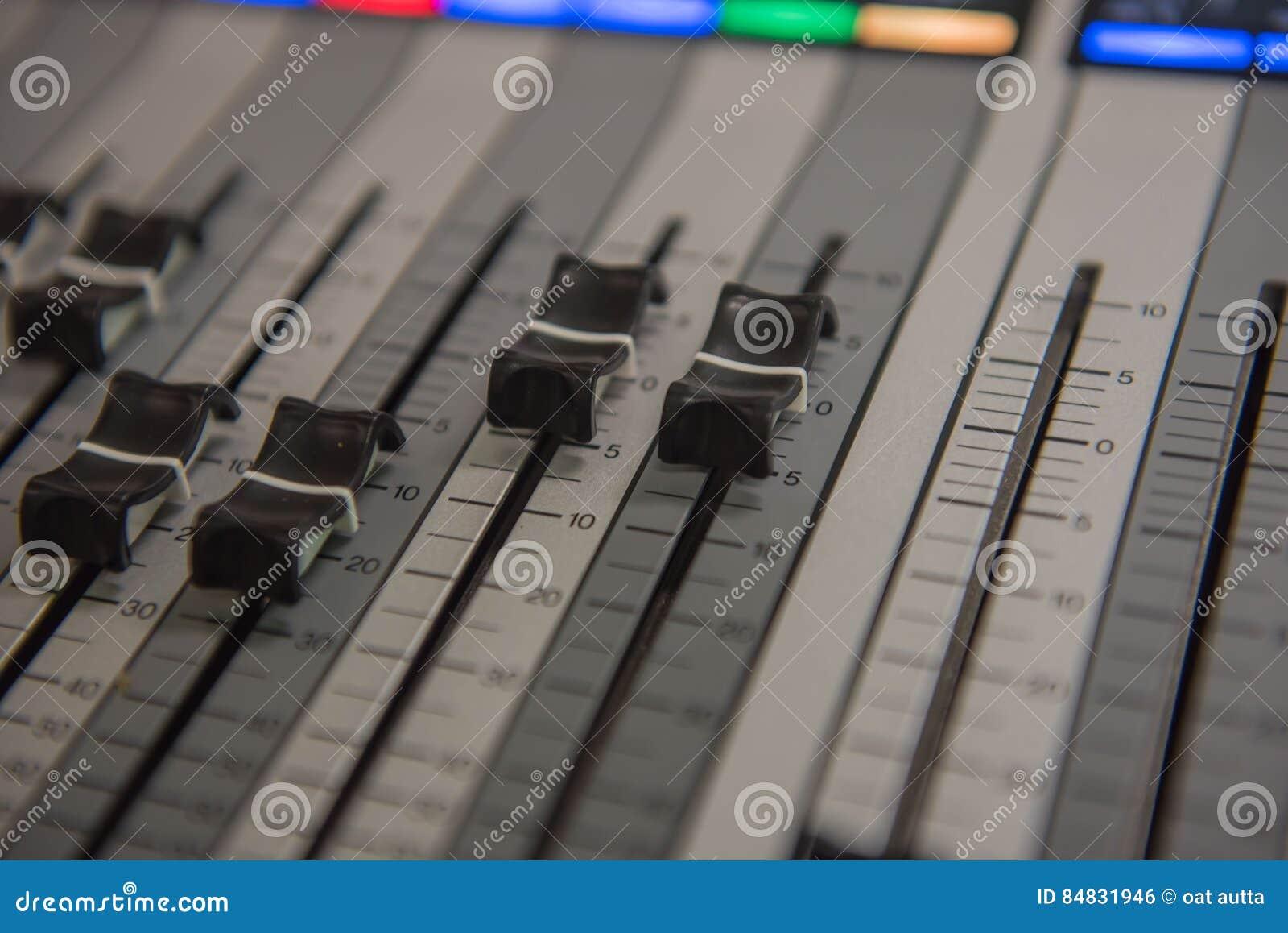 Zbliżenia dostosowania narzędzi rozsądnego melanżeru Audio muzyka, technologia