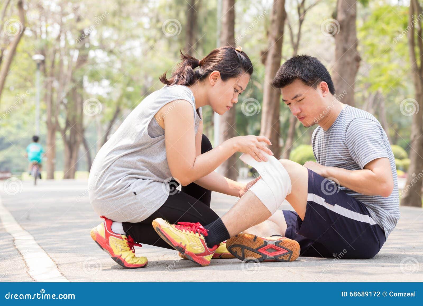 Zbliżenia urazu nogi mięśnia bólu biegacza działający sporty plamią uda macanie Mężczyzna z kręconą zwichniętą kolana i dostawać