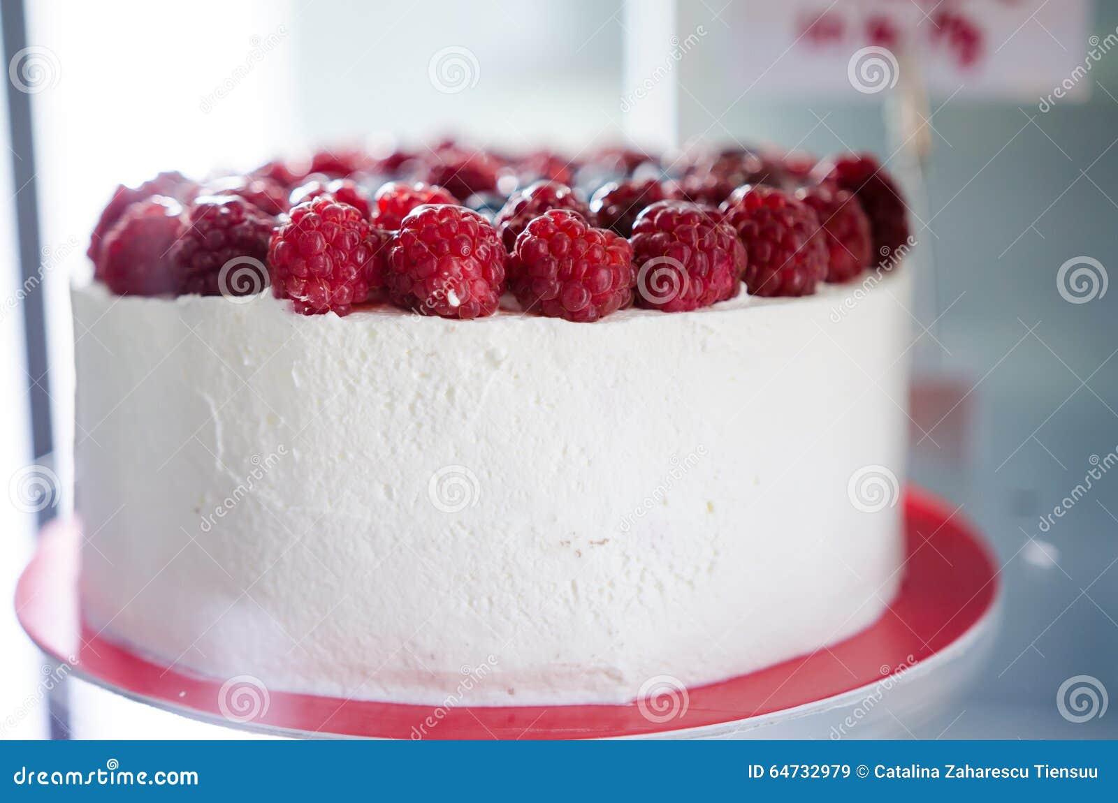 Zbliżenie śmietanki i malinki tort