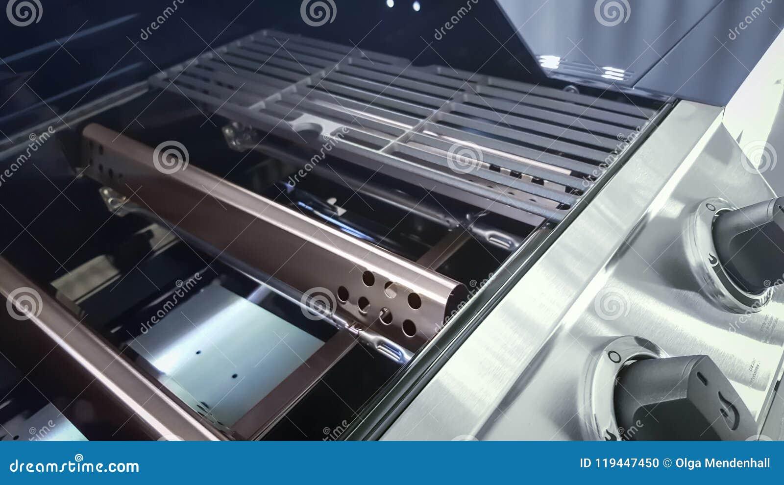 Zbliżenie Benzynowi grilla grilla palniki, flavorizer bary, porcelanized obsady żelaza siatki i kontrolne gałeczki,