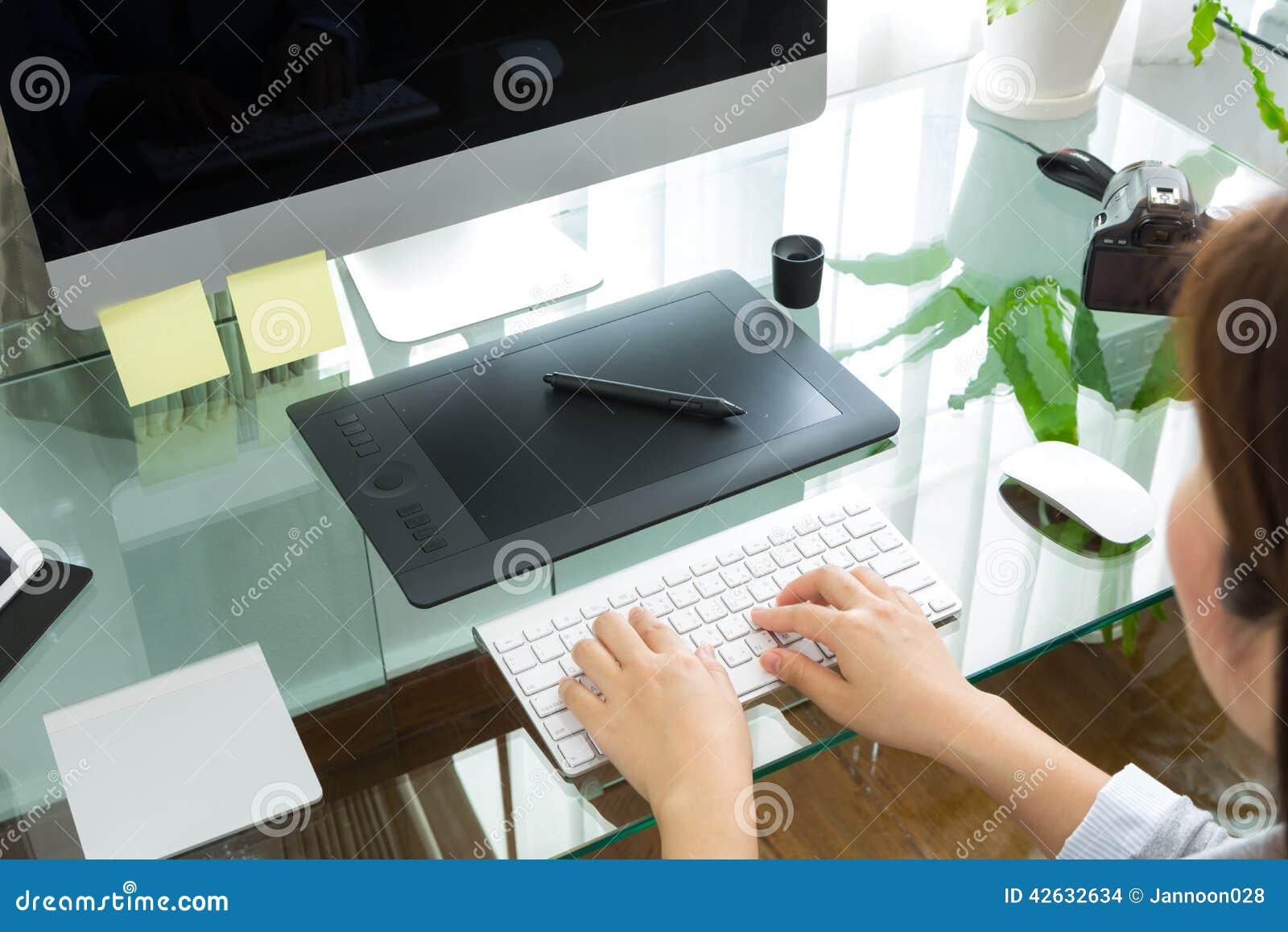 Zbliżenie biznesowej kobiety ręka pisać na maszynie na klawiaturowym komputerze