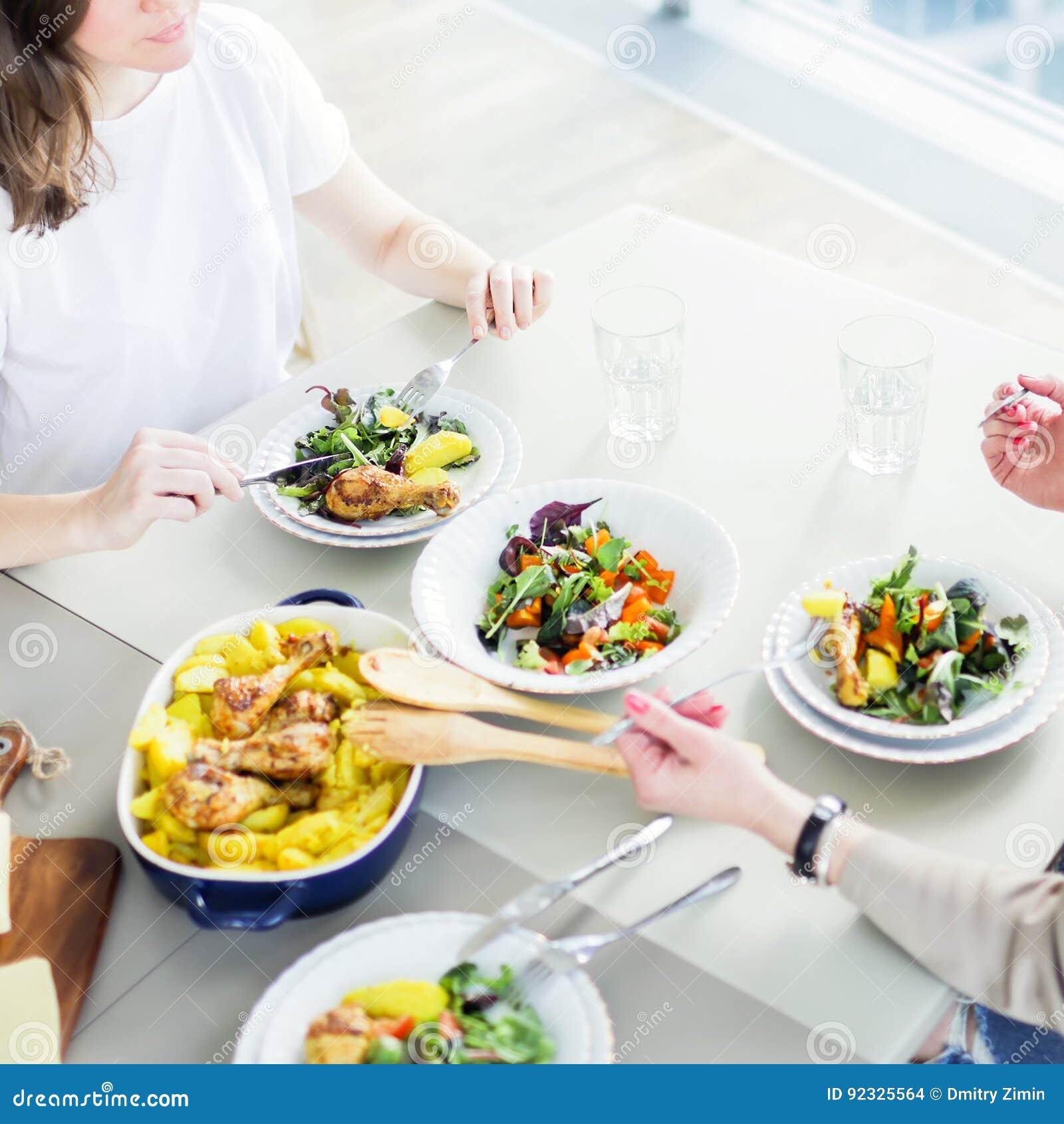 Zbliżenie dwa kobiety ma lunch wpólnie
