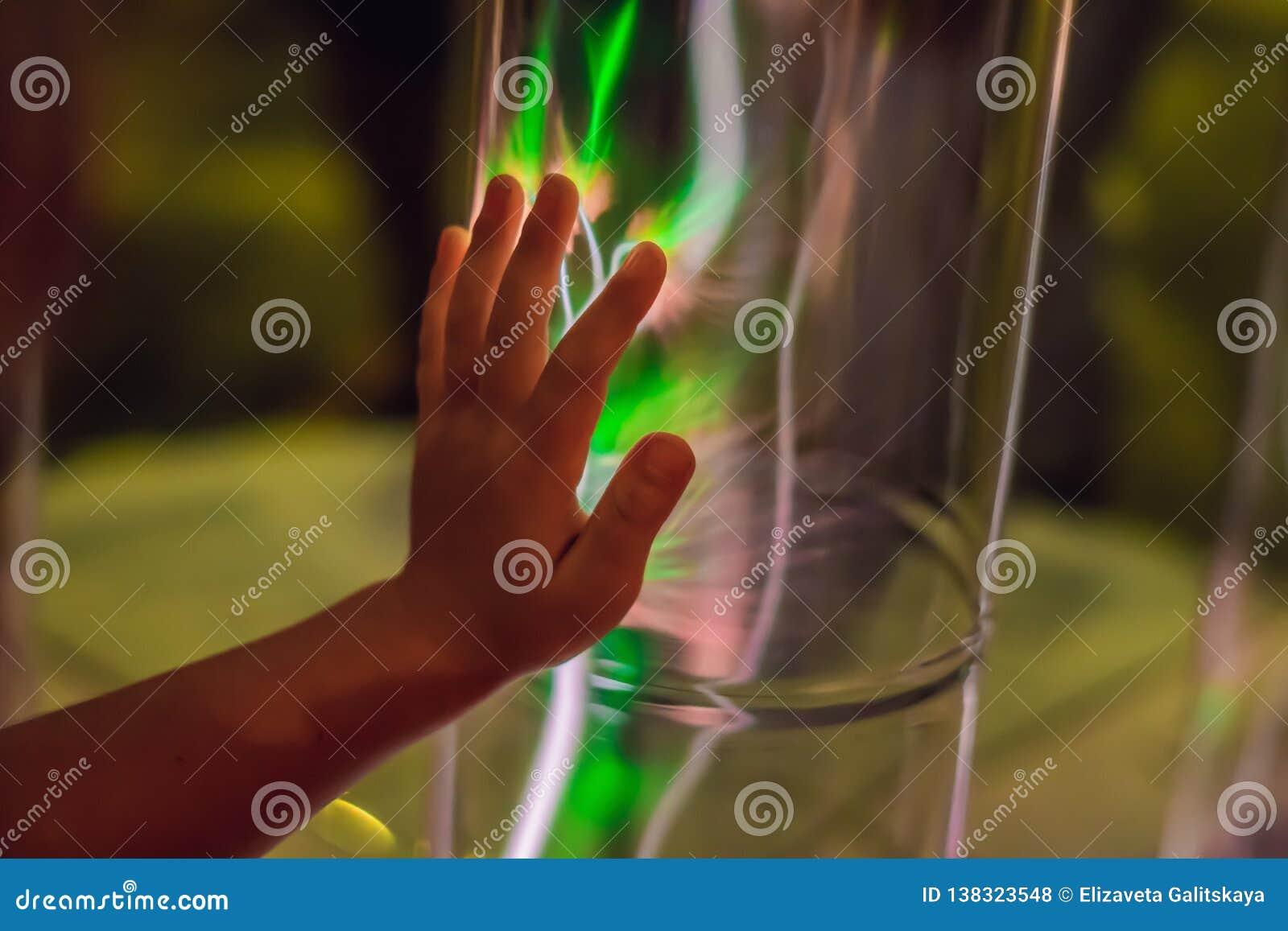 Zbliżenie elektrycznej energii osocza sfera Rozjarzona elektrostatyczna piłka Copyspace Nauki władzy demonstracja