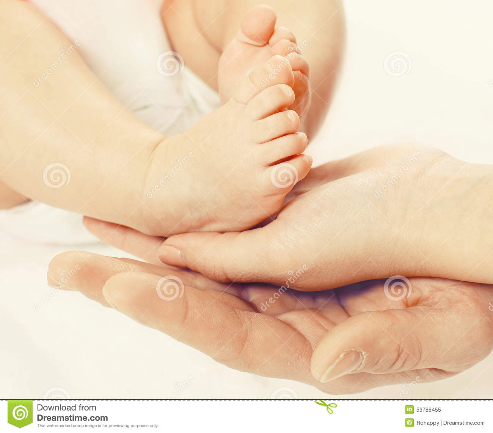 Zbliżenie fotografii cieków dziecko w rękach matkuje i ojcuje