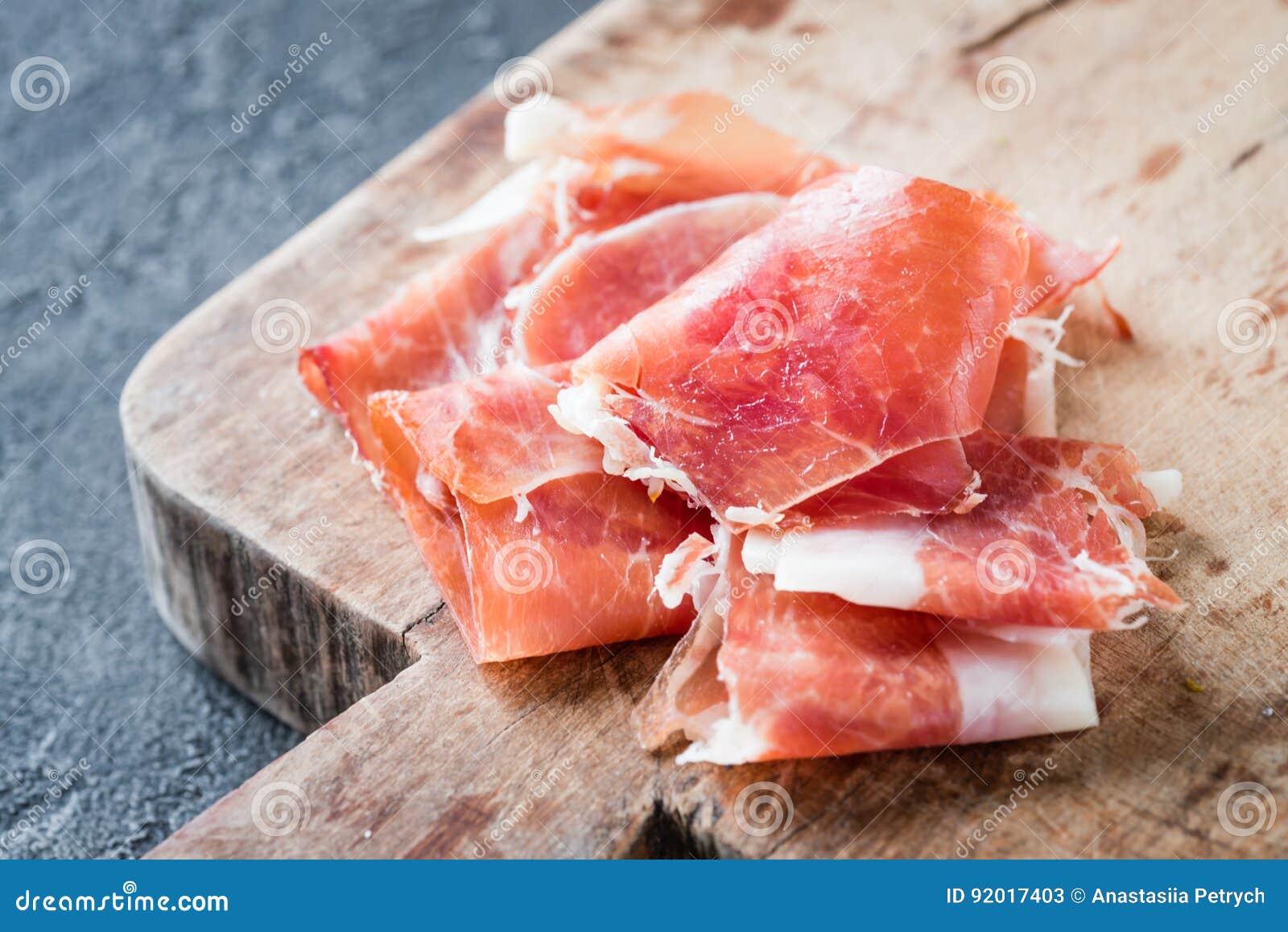 Zbliżenie Hiszpański baleronu jamon serrano lub włoszczyzny prosciutto crudo