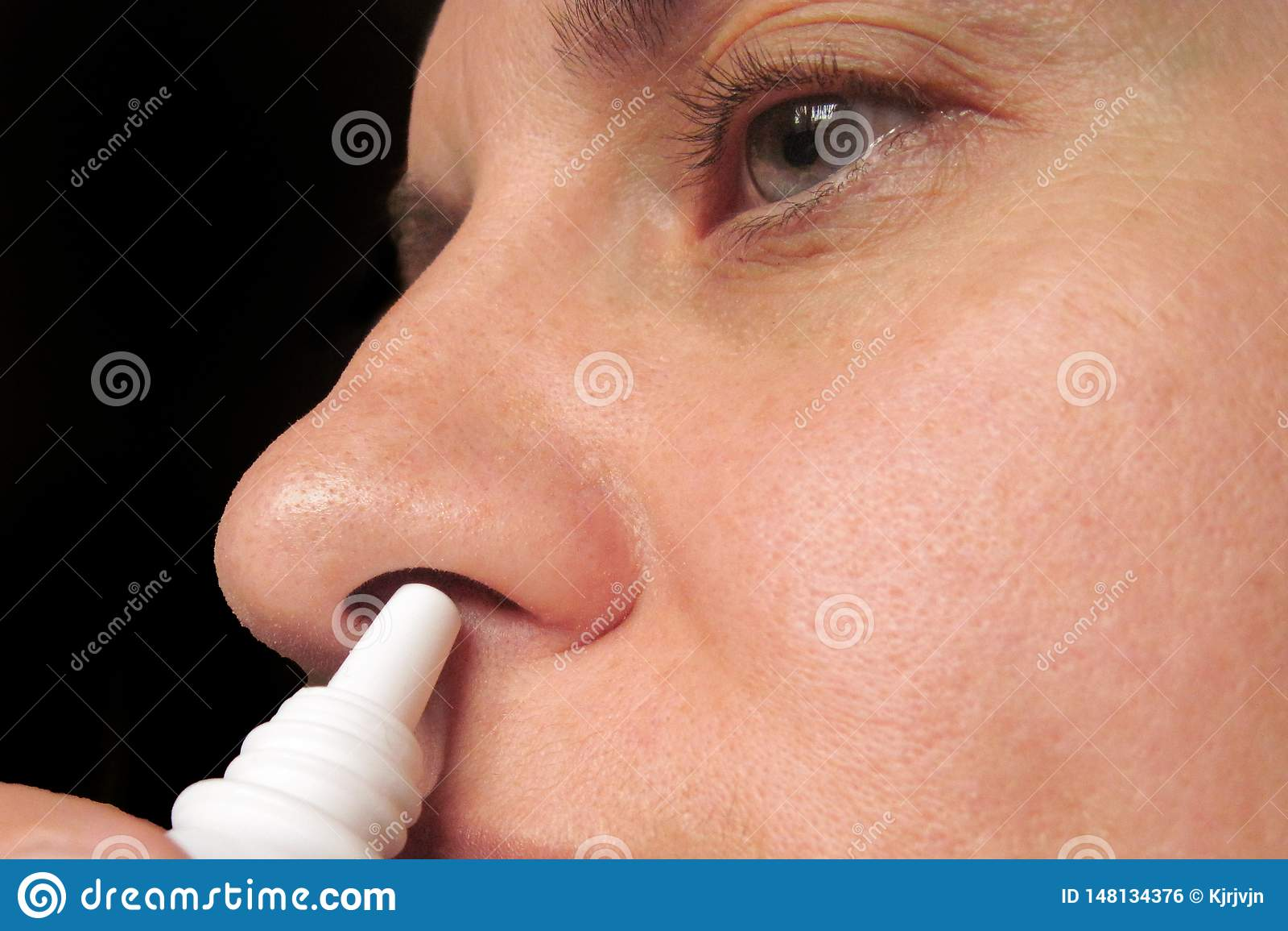 Zbliżenie kapie nosowe krople w nosie w średnim wieku kobieta Kobiet kiście taktować zimno, grypę lub alergię w domu, r?k opieki