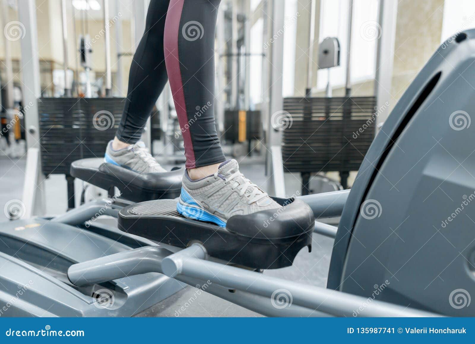 Zbliżenie kobieta cieki biega na karuzeli w gym Sprawność fizyczna, sport, szkolenie, ludzie pojęć