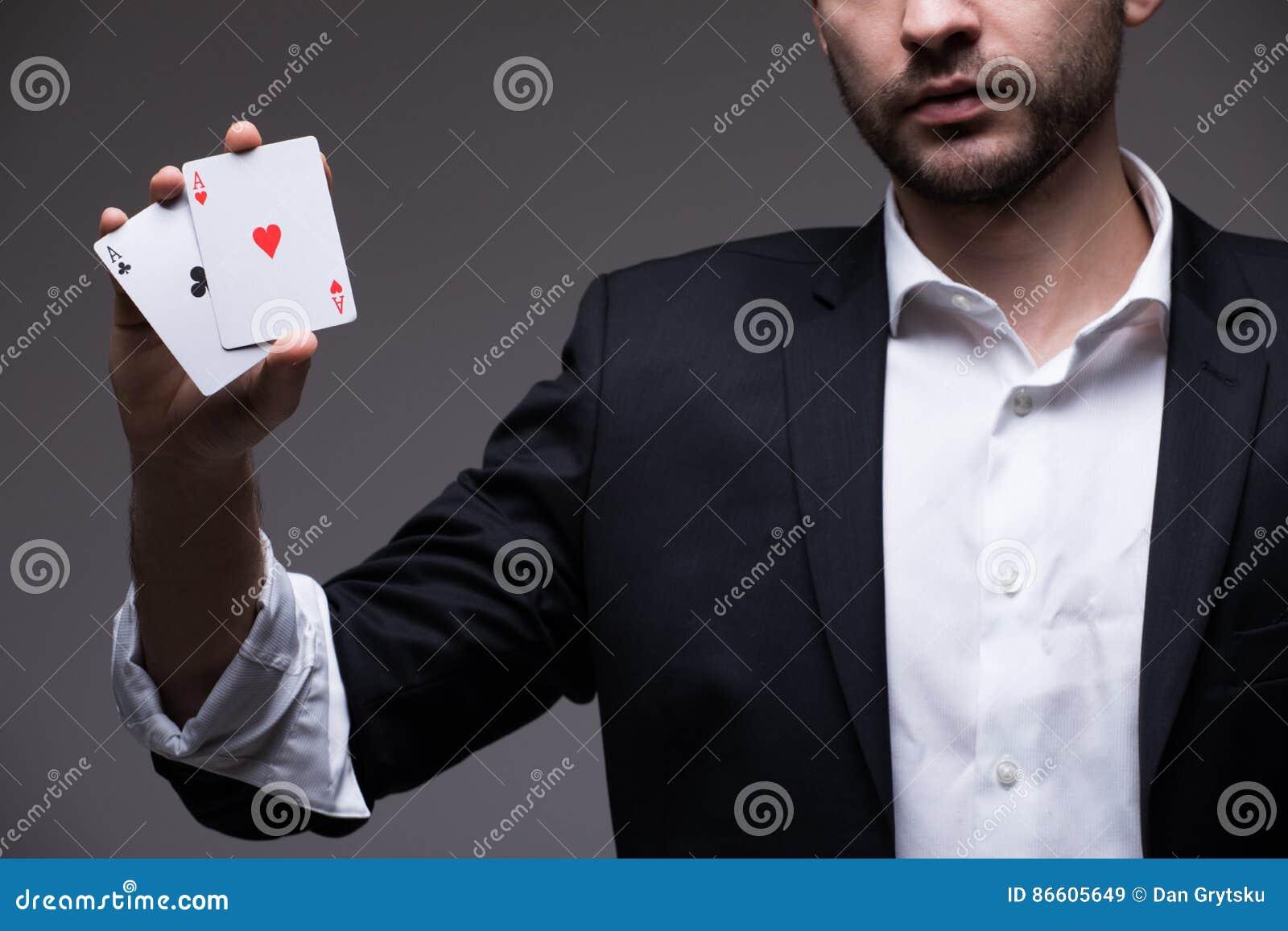 Zbliżenie mężczyzna magik z dwa karta do gry w jego ręka