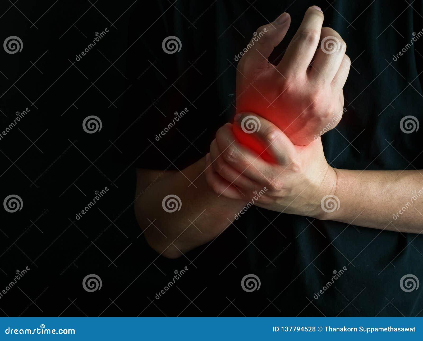 Zbliżenie mężczyzna trzyma go nadgarstek ręki uraz, czuje ból Opieka zdrowotna i medyczny conept