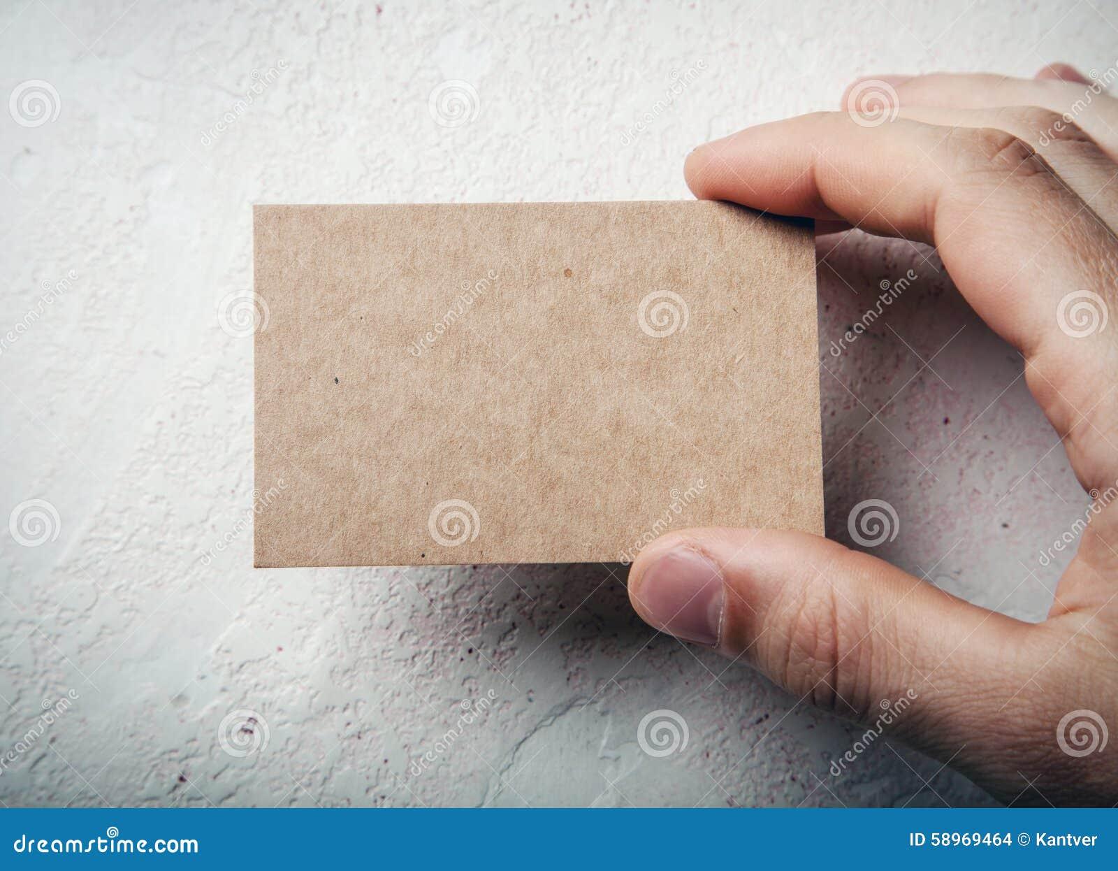 Zbliżenie męska ręki mienia rzemiosła wizytówka