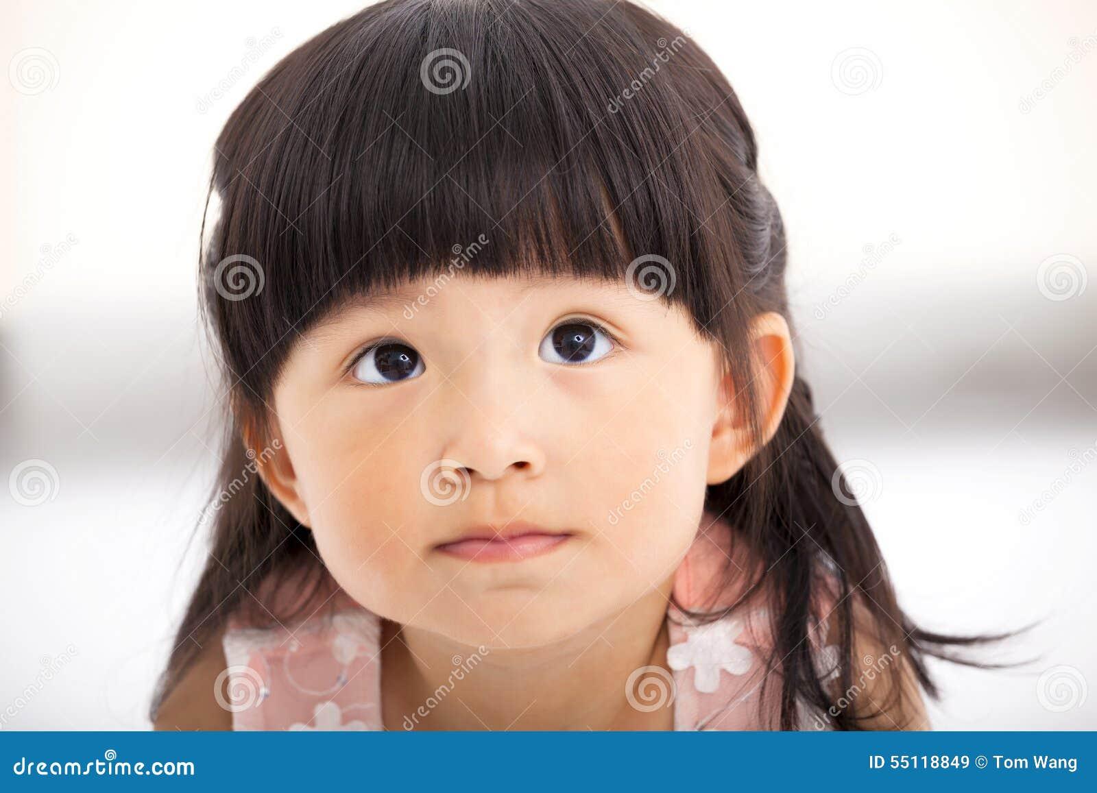 Zbliżenie małej dziewczynki słodka twarz